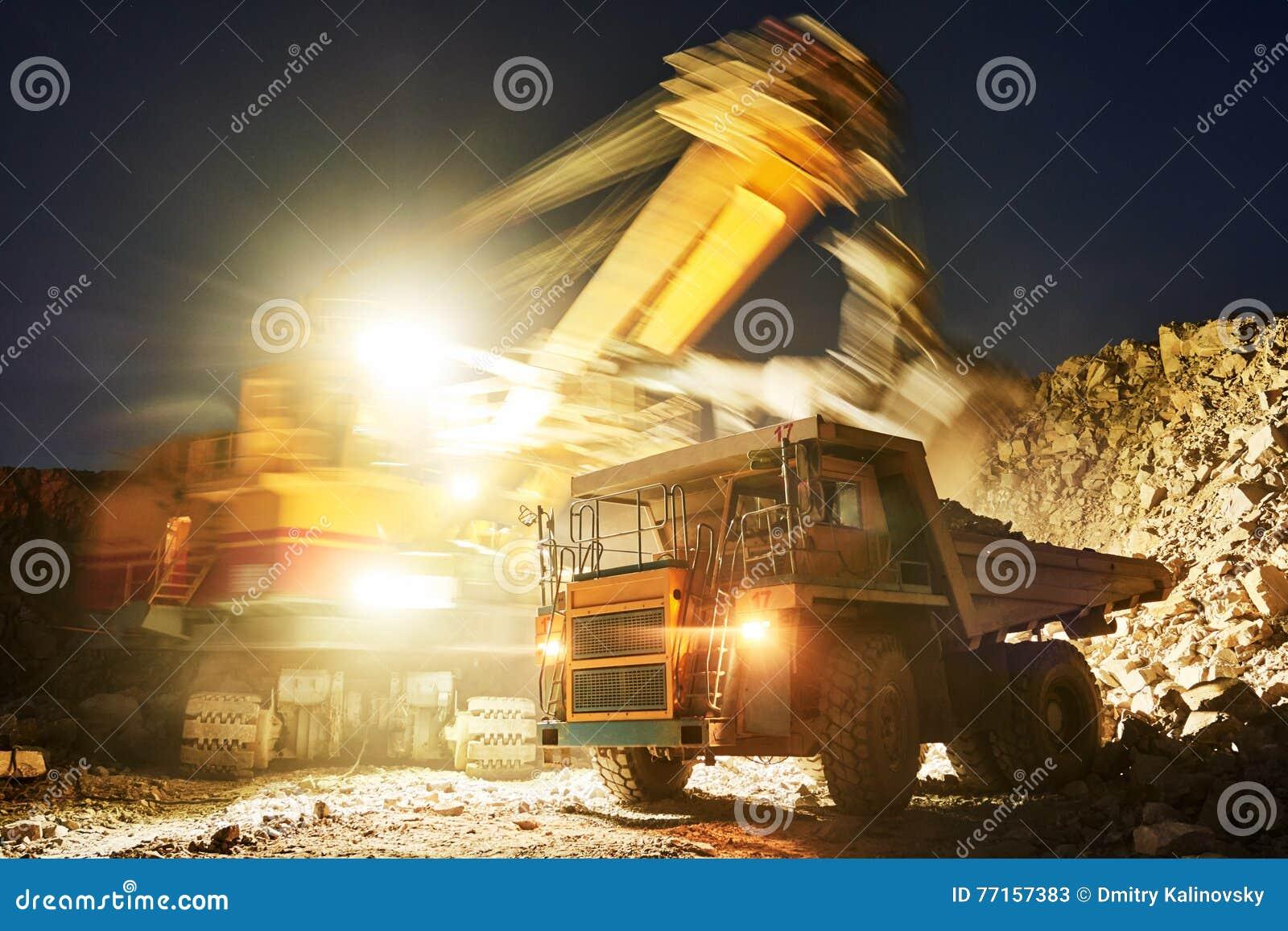 Exploitation granit ou minerai de chargement d excavatrice dans le camion à benne basculante