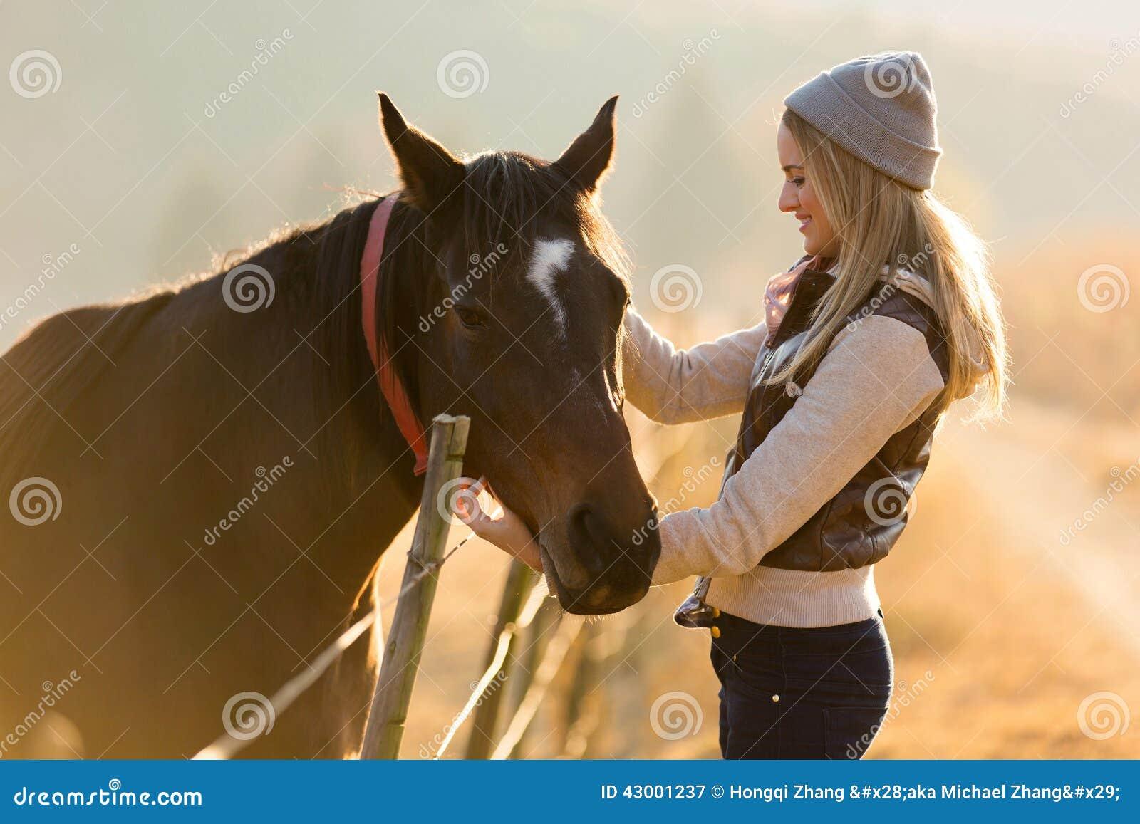 Exploração agrícola do cavalo das trocas de carícias da mulher
