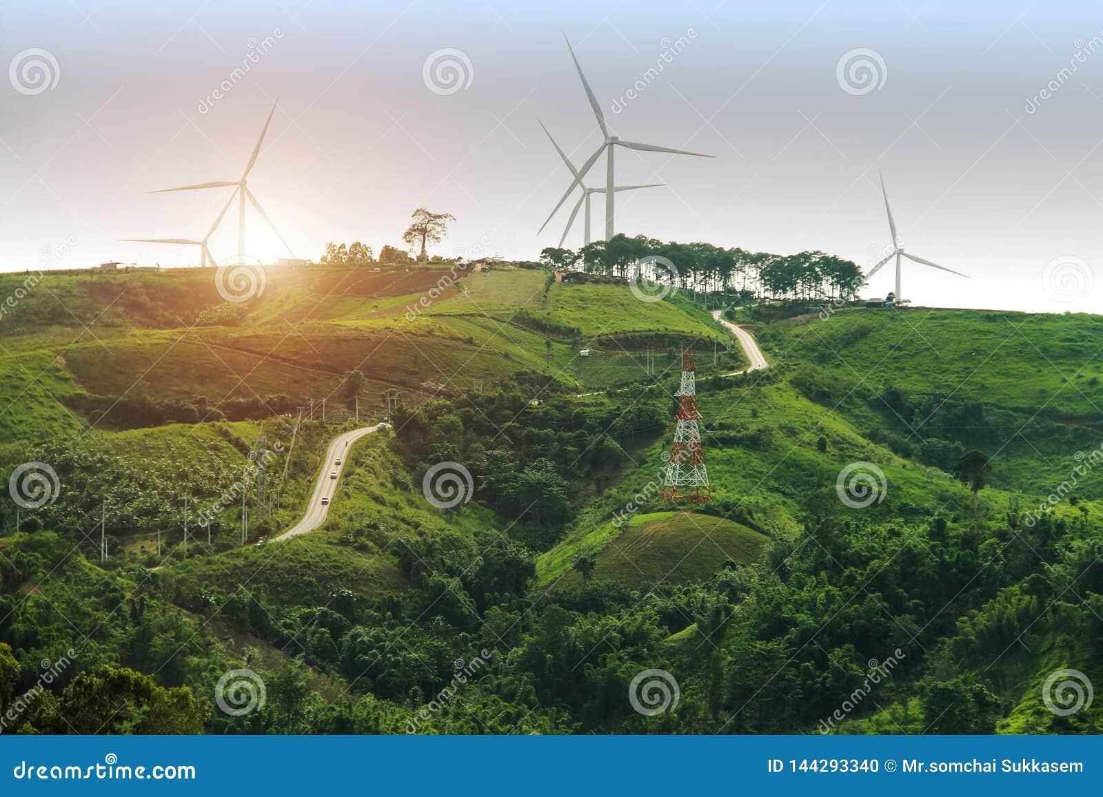 Exploração agrícola do gerador de poder da turbina eólica no fundo do por do sol