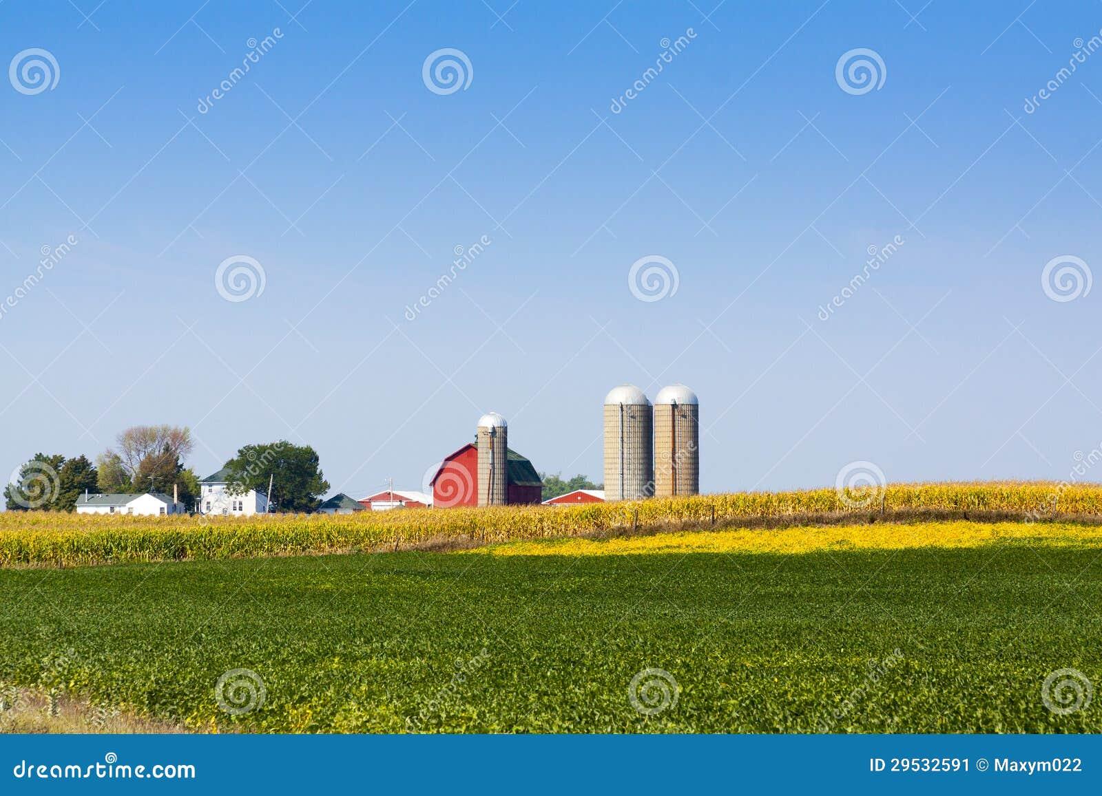 Exploração agrícola vermelha americana tradicional