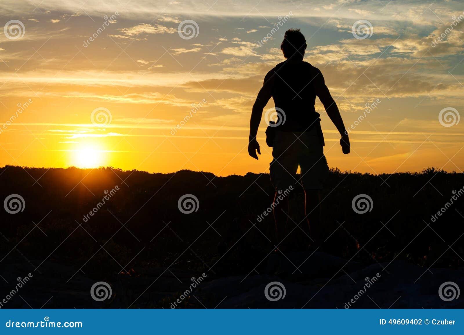 Explorador no por do sol