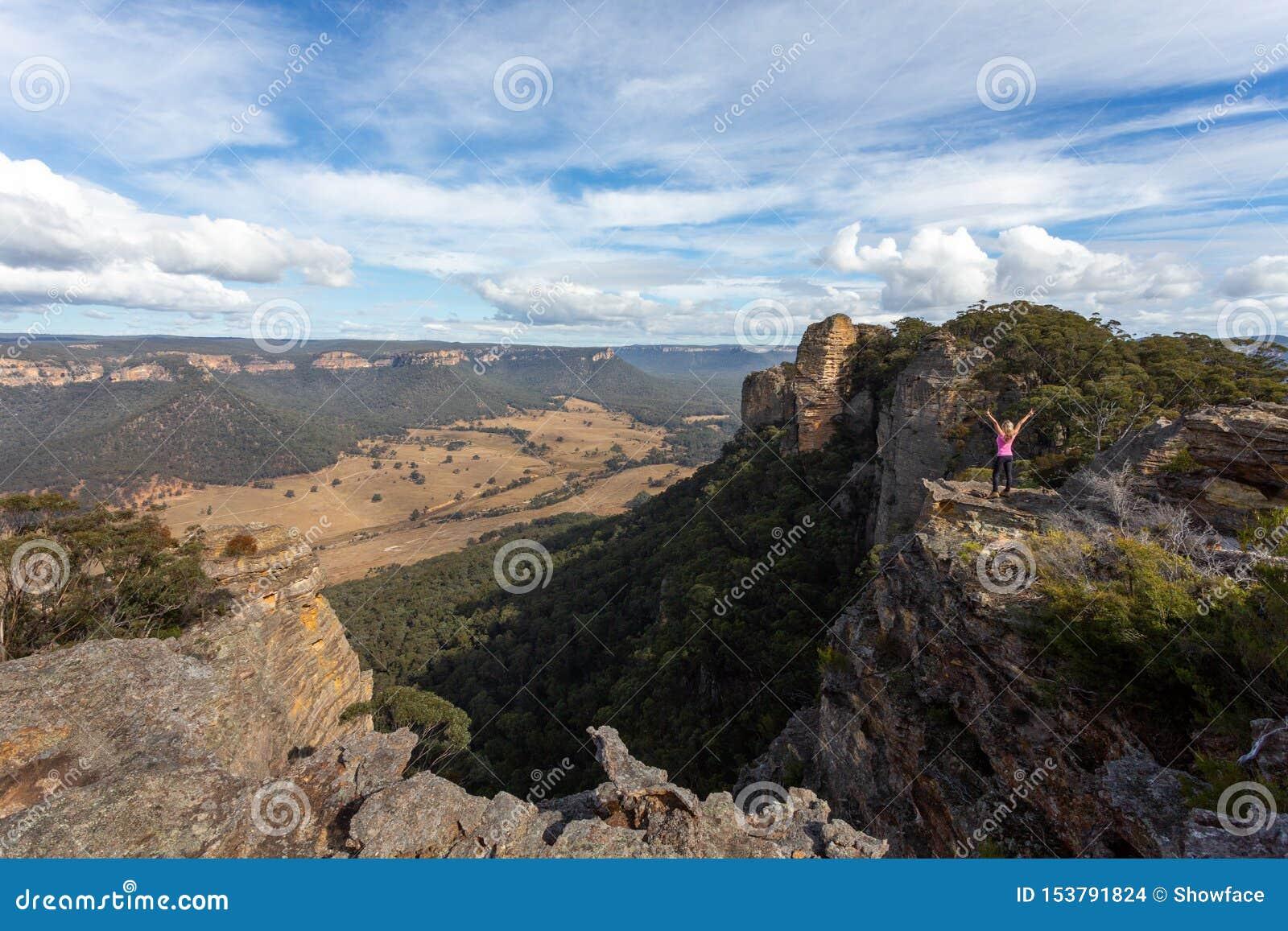 Explorateur aventureux de randonneur atteignant la dalle supérieure de la montagne d âne