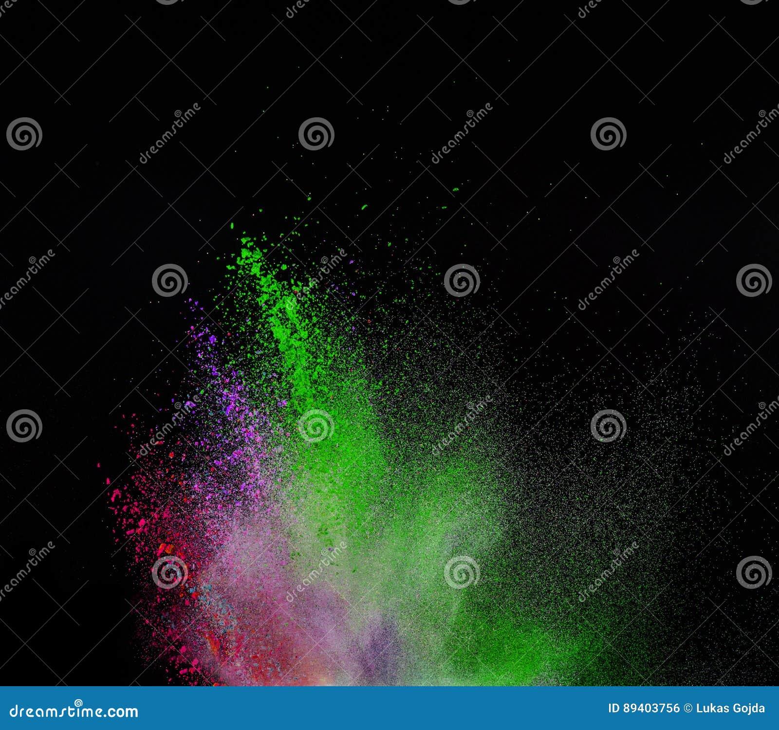Explosão colorida do pó no fundo preto