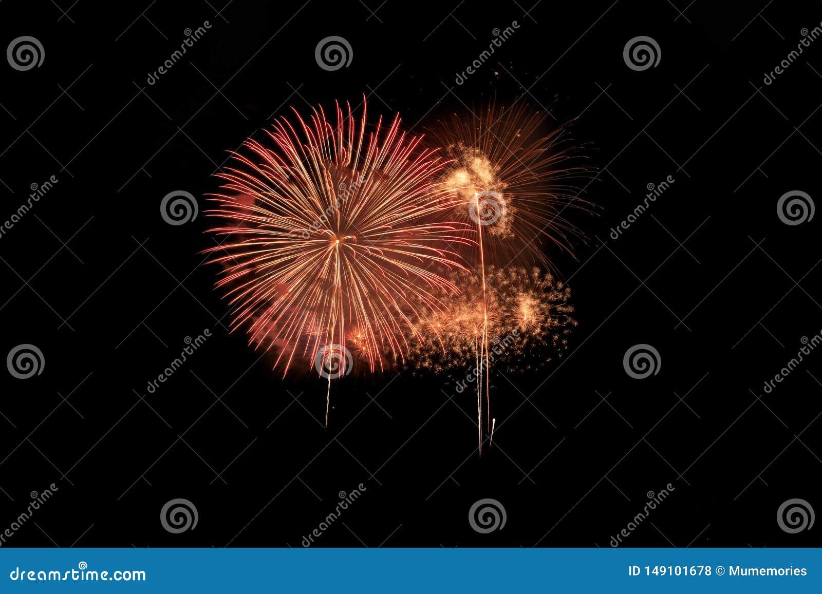Explos?o colorida dos fogos de artif?cio no festival anual