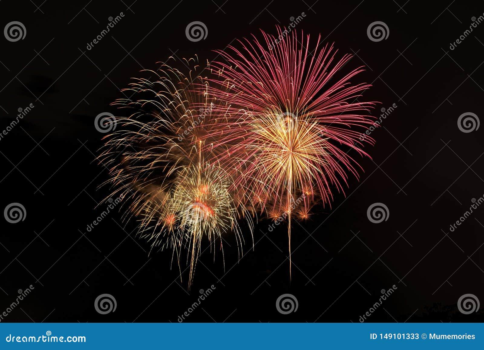 Explosion color?e de feux d artifice dans le festival annuel