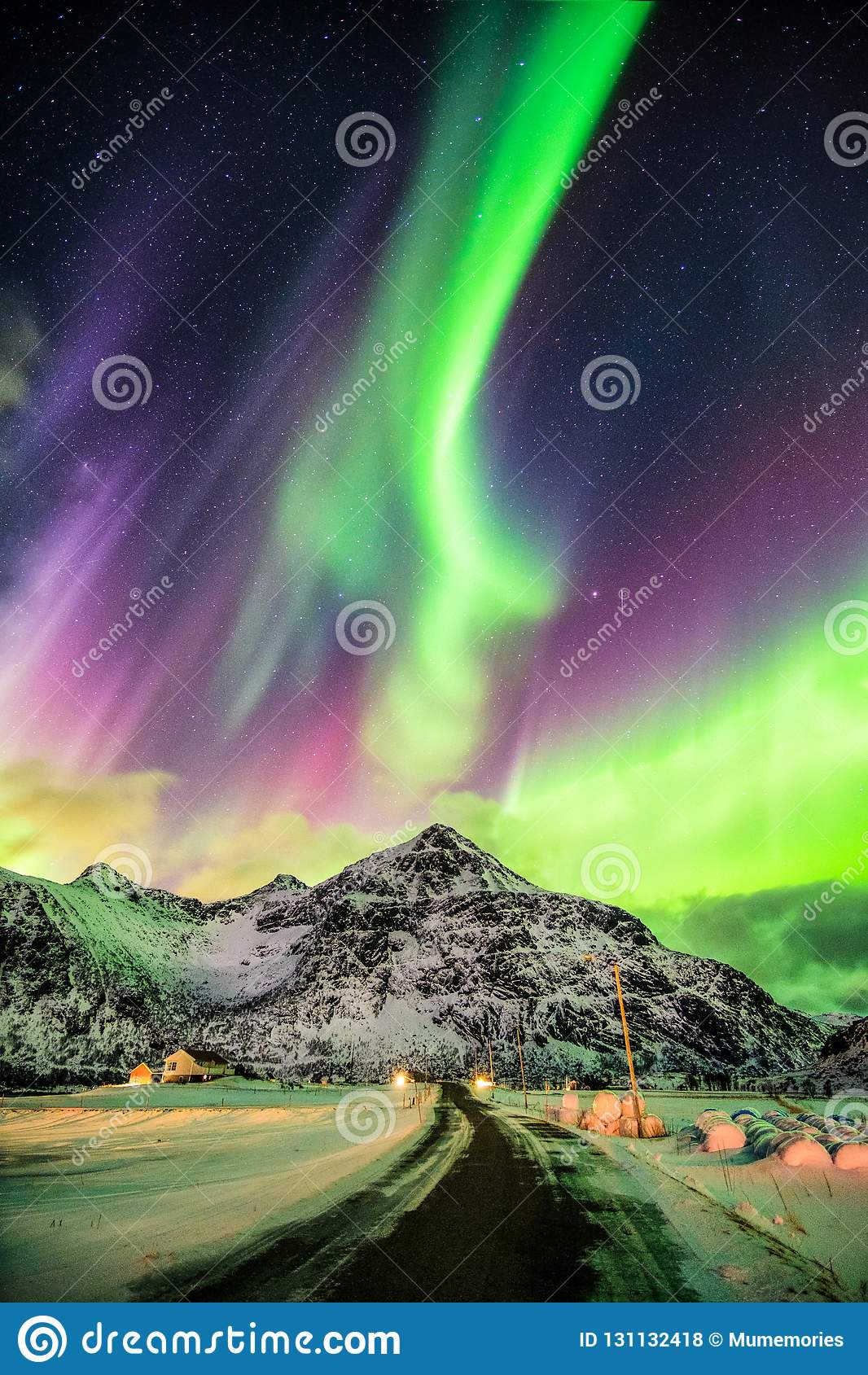 Explosion d Aurora Borealis (lumières du nord) au-dessus des montagnes et du r