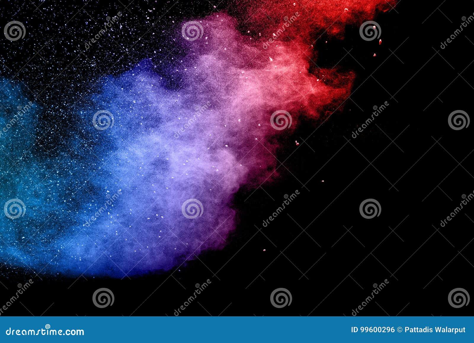 Explosion de poudre de couleur sur le fond noir