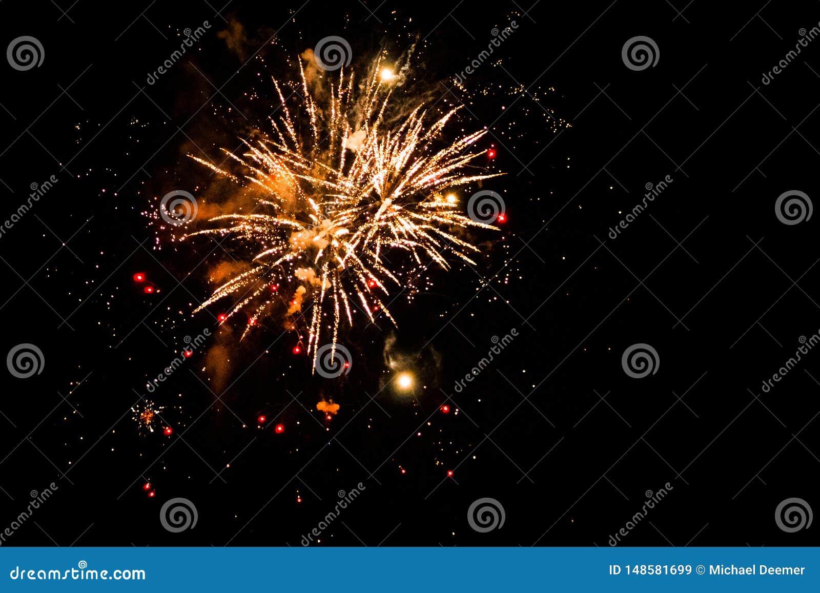 Explosiones celebradoras en el cielo