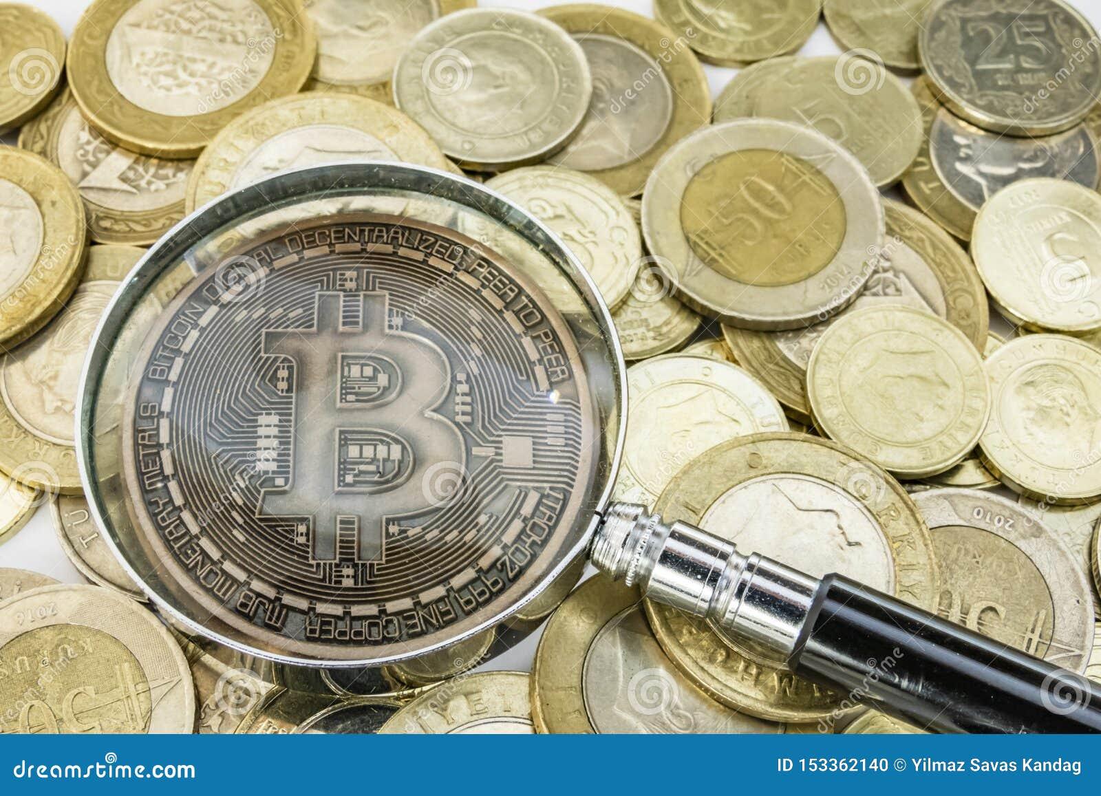 Explotaci?n minera del dinero de Cyripto cierre encima de la moneda f?sica del bitcoin