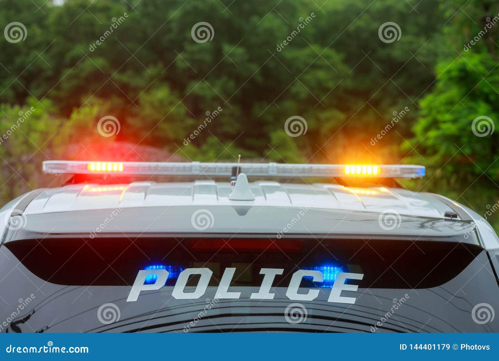 Exponera ljus av polisbilen i staden