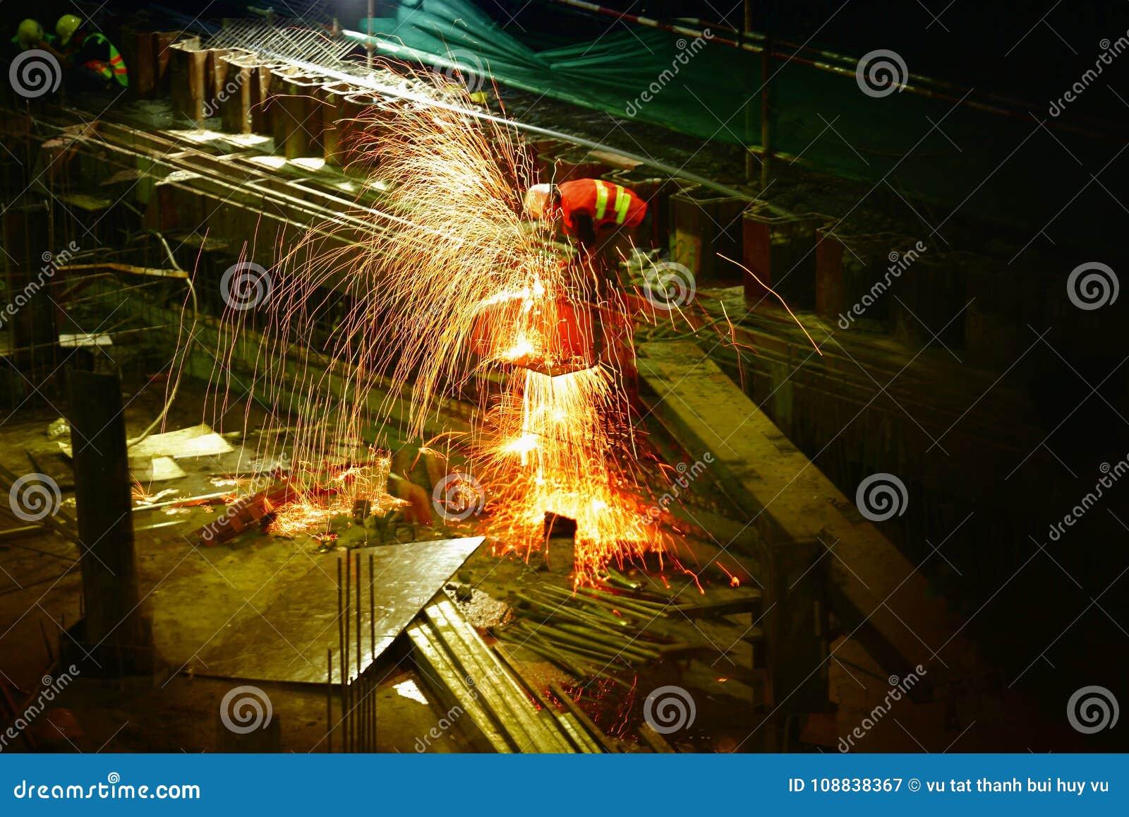 Exponering svetsning svetsning arbete arbetare stäng stället som skjutas upp arbete lampa Ljusa strålar natt afton Workhard hårt