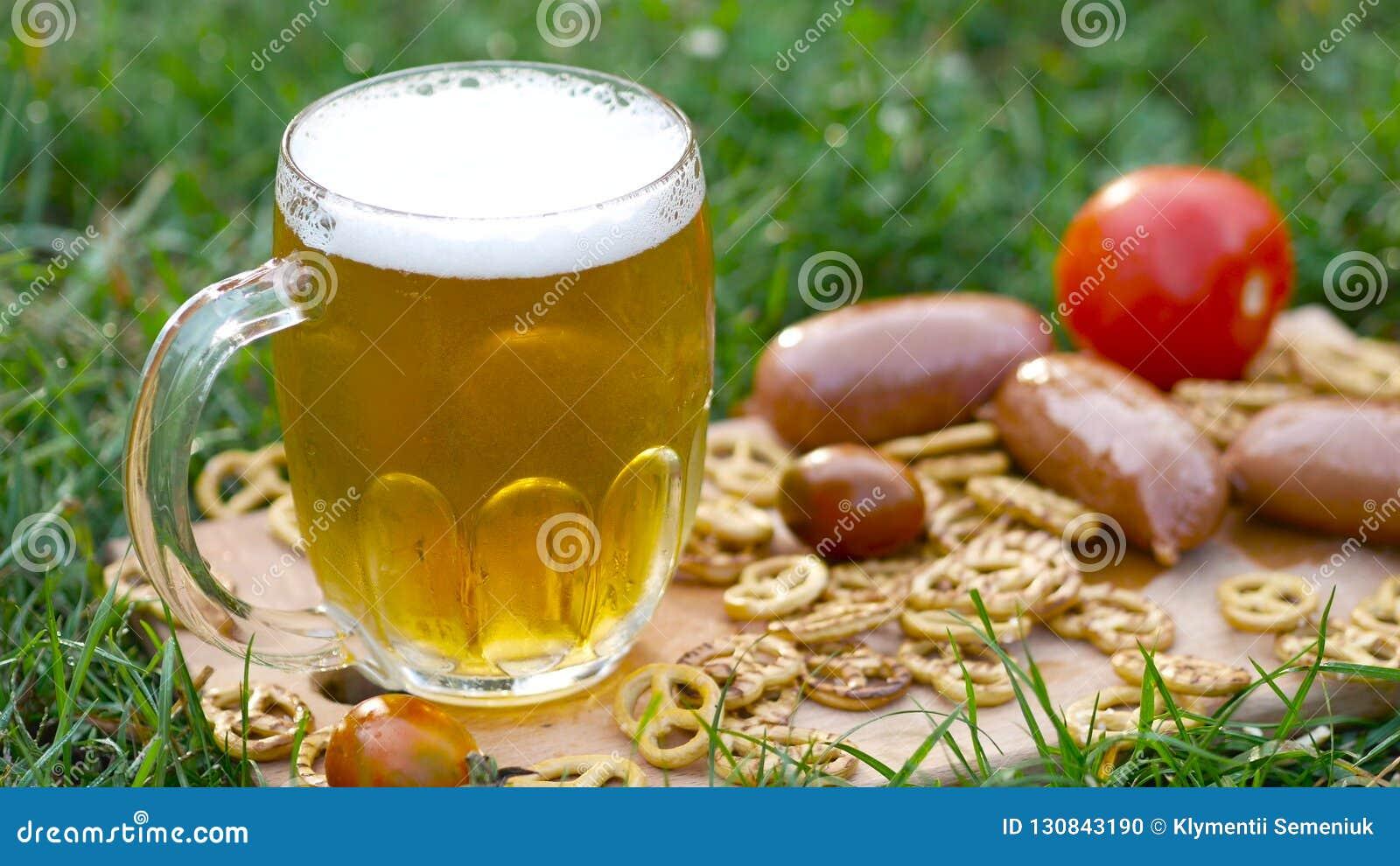 Exponeringsglas av öl, kringla och korvar