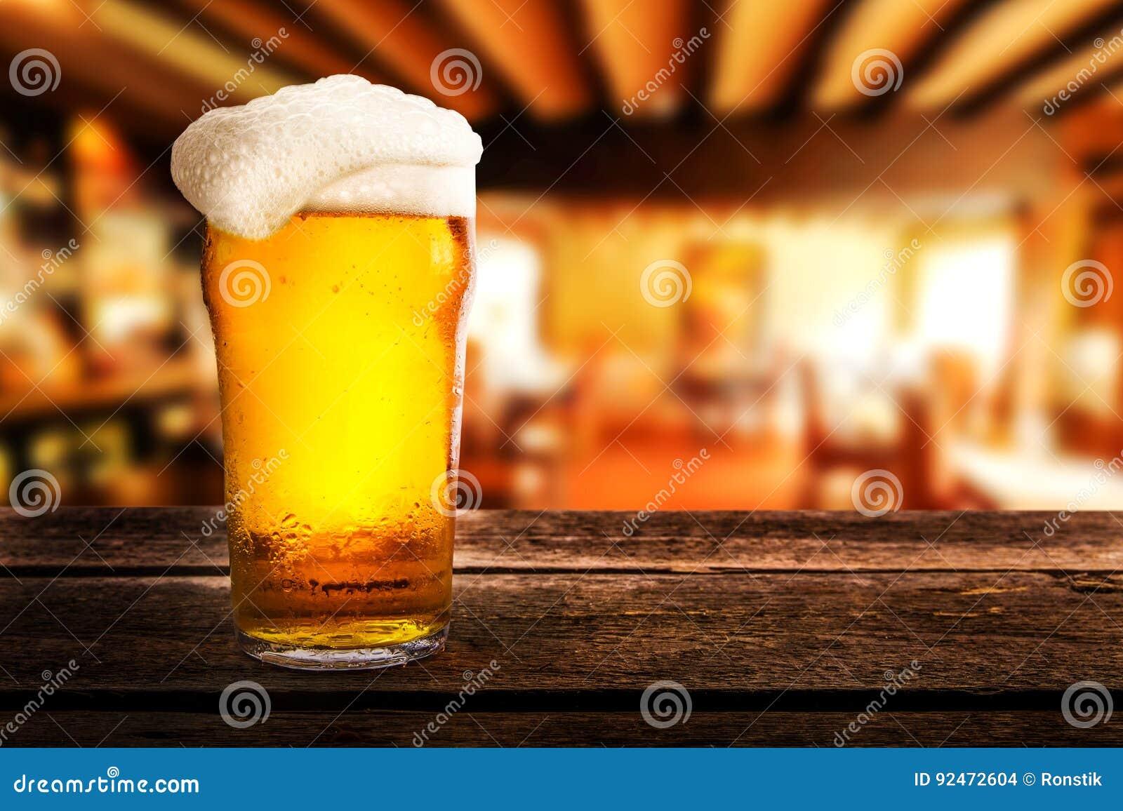 Exponeringsglas av öl på en tabell i en bar