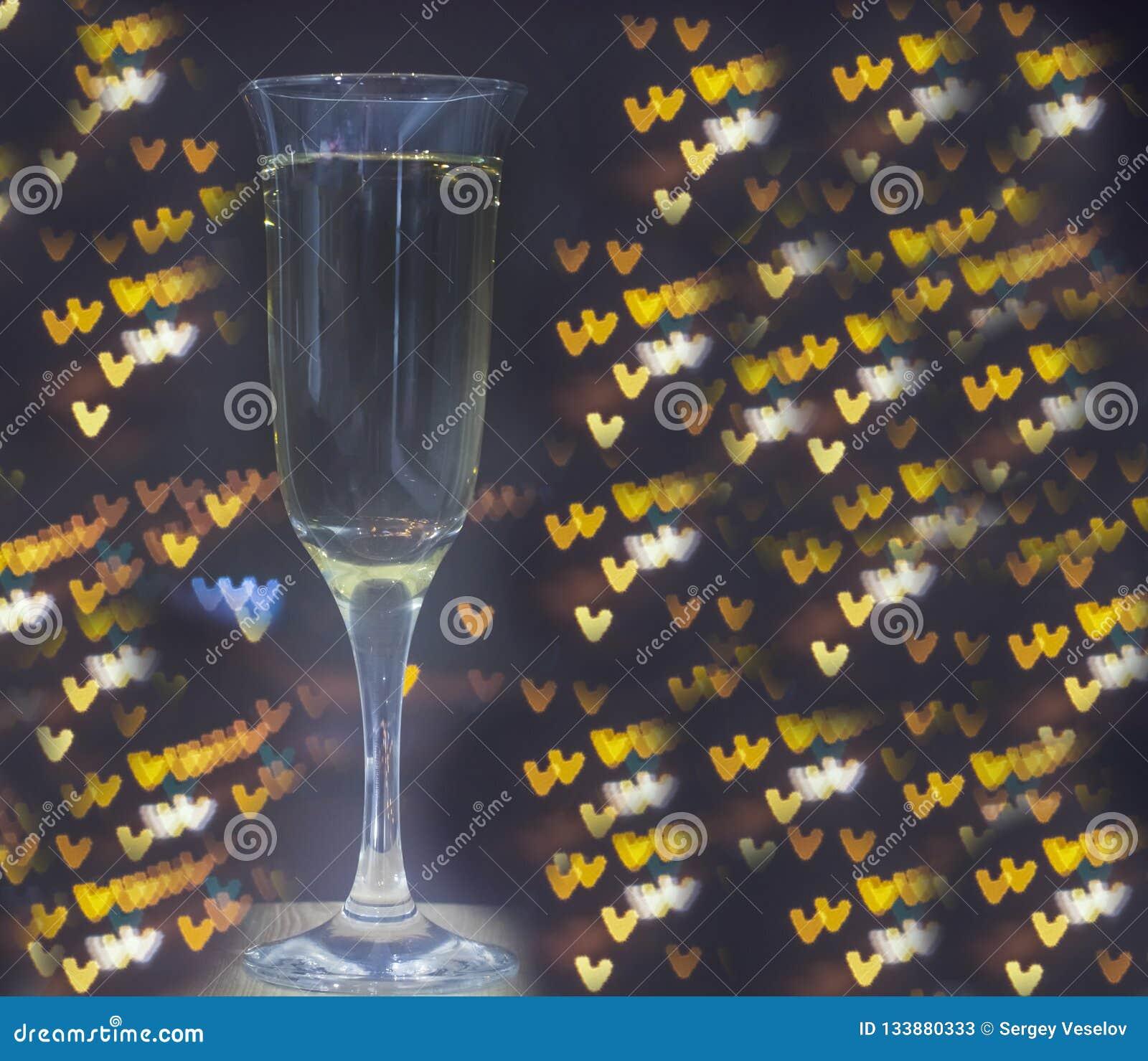 Exponeringsglas av champagne på bokehbakgrund