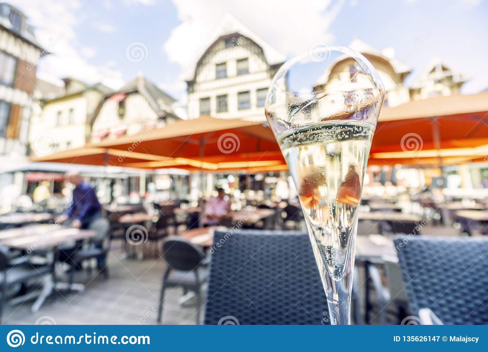 Exponeringsglas av champagne på marknadsfyrkant av Troyes, huvudstad av denna drink, Frankrike