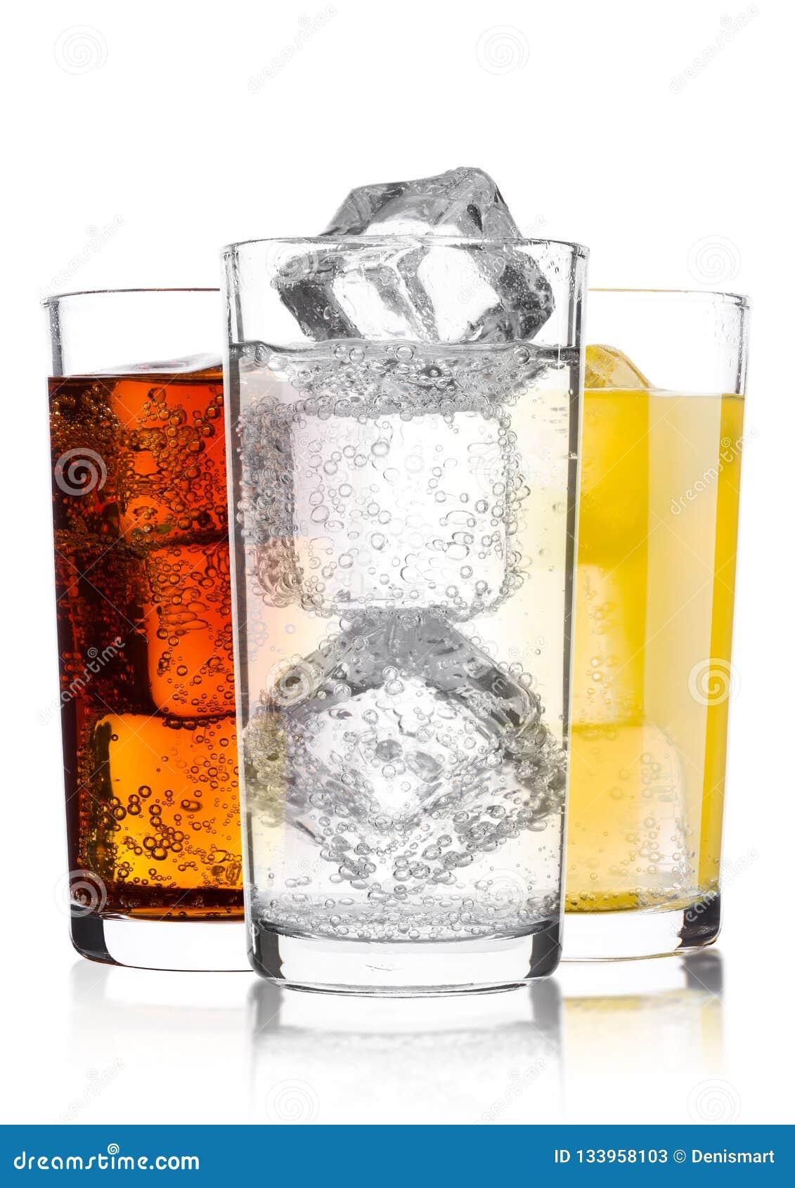 Exponeringsglas av cola och drink och lemonad för orange sodavatten