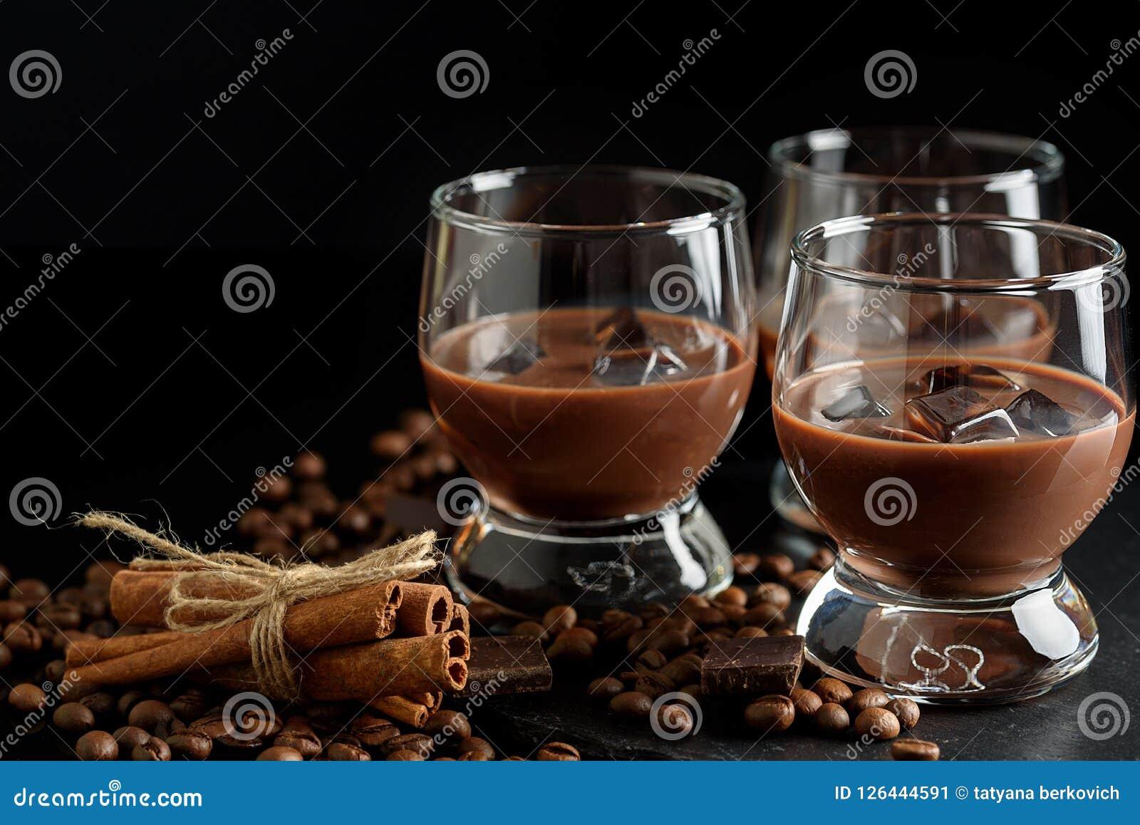 Exponeringsglas av den kräm- kaffecoctailen eller choklad martini på svart b