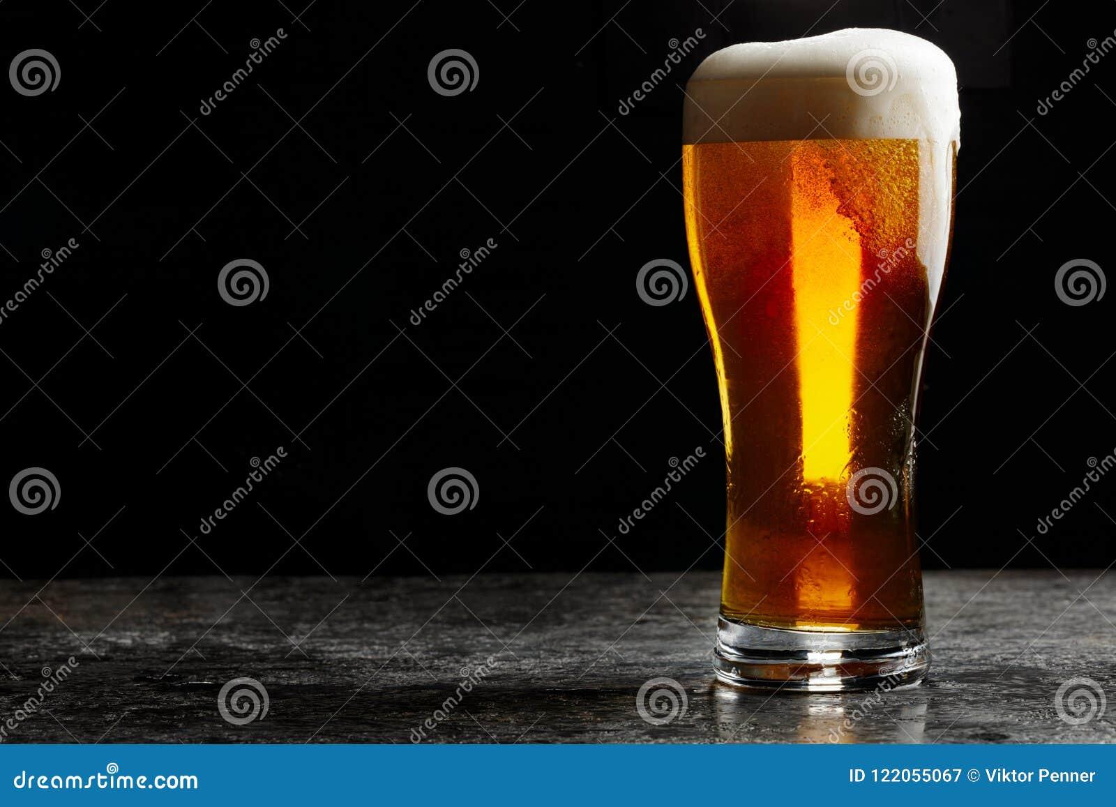 Exponeringsglas av ljust öl för kallt hantverk på mörk bakgrund