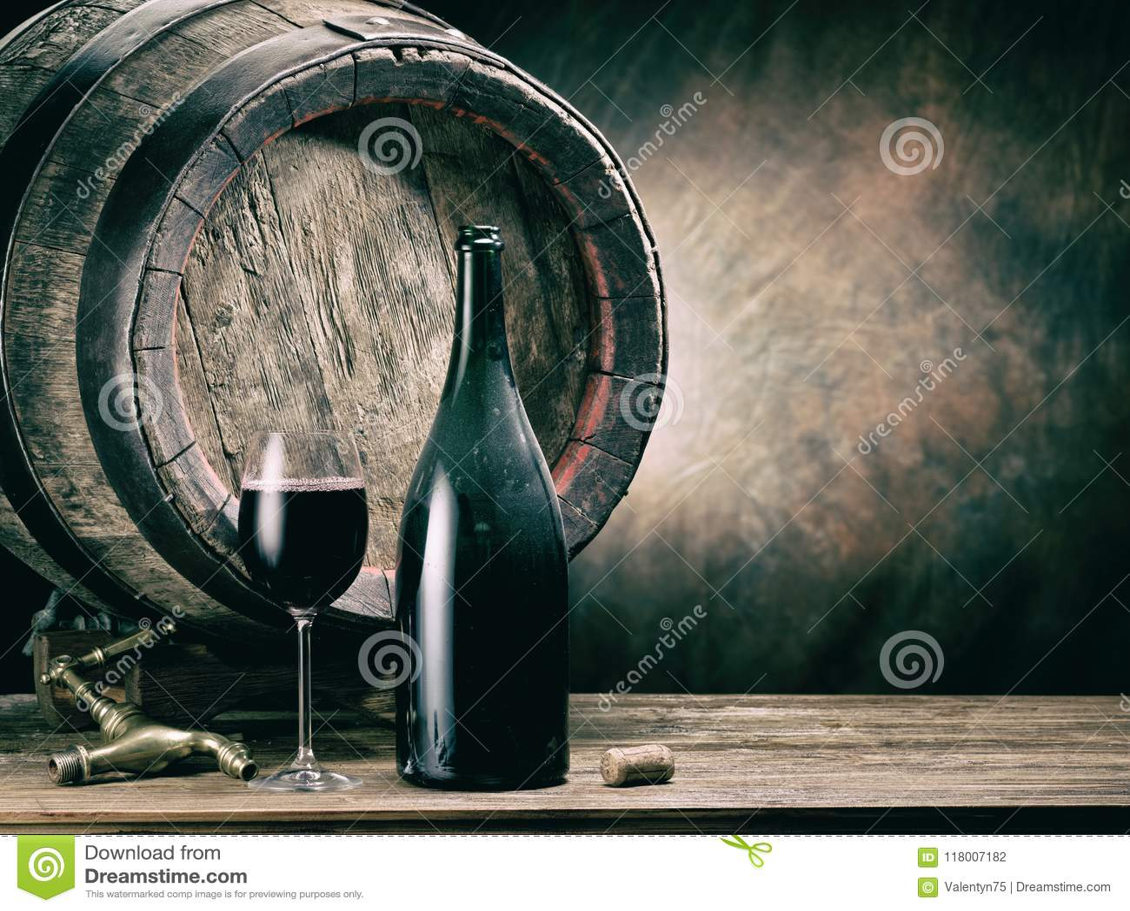 Exponeringsglas av rött vin- och vinflaskan Ekvinkagge på backgrounen