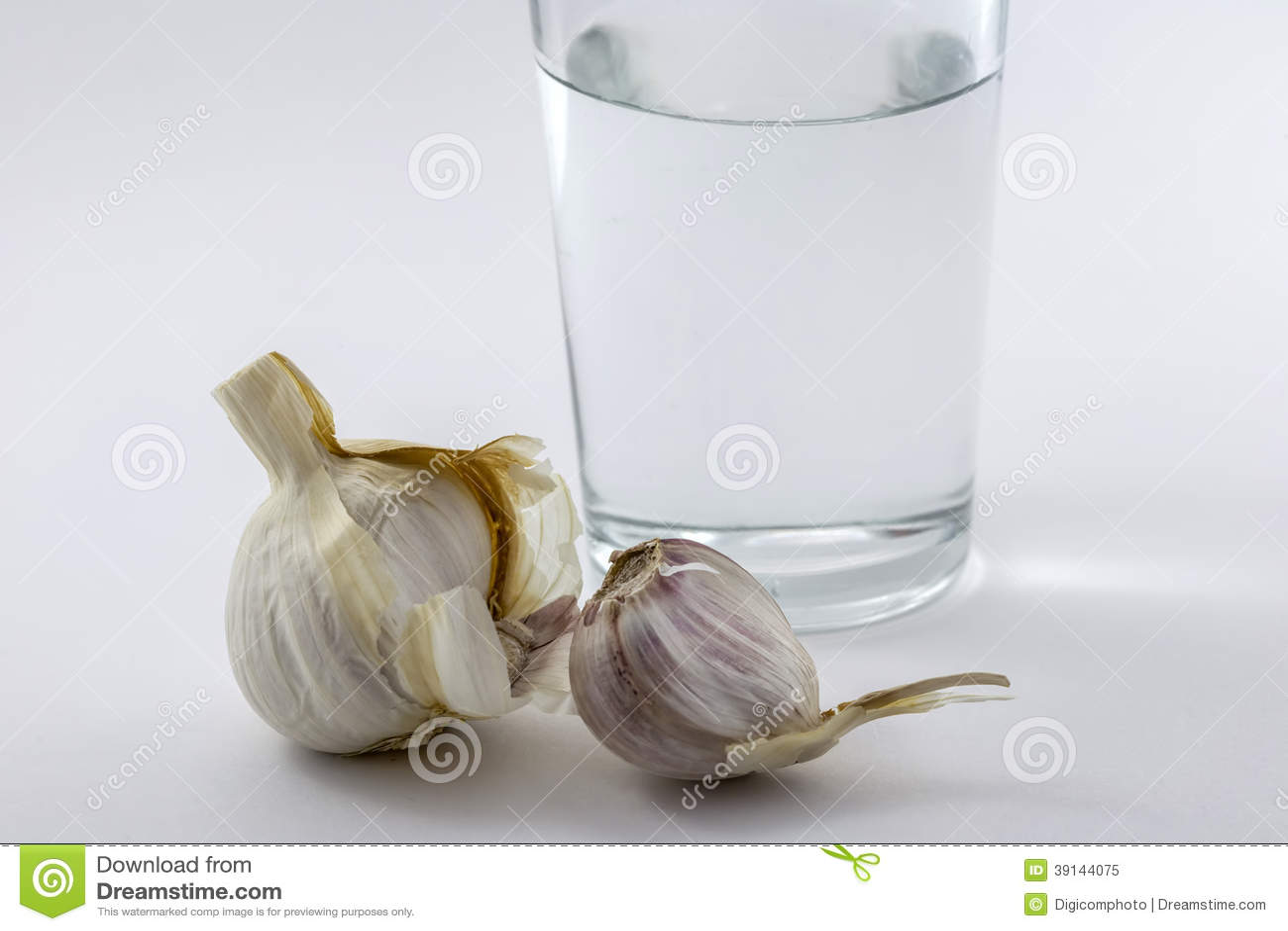 Exponeringsglas av vatten och någon vitlök