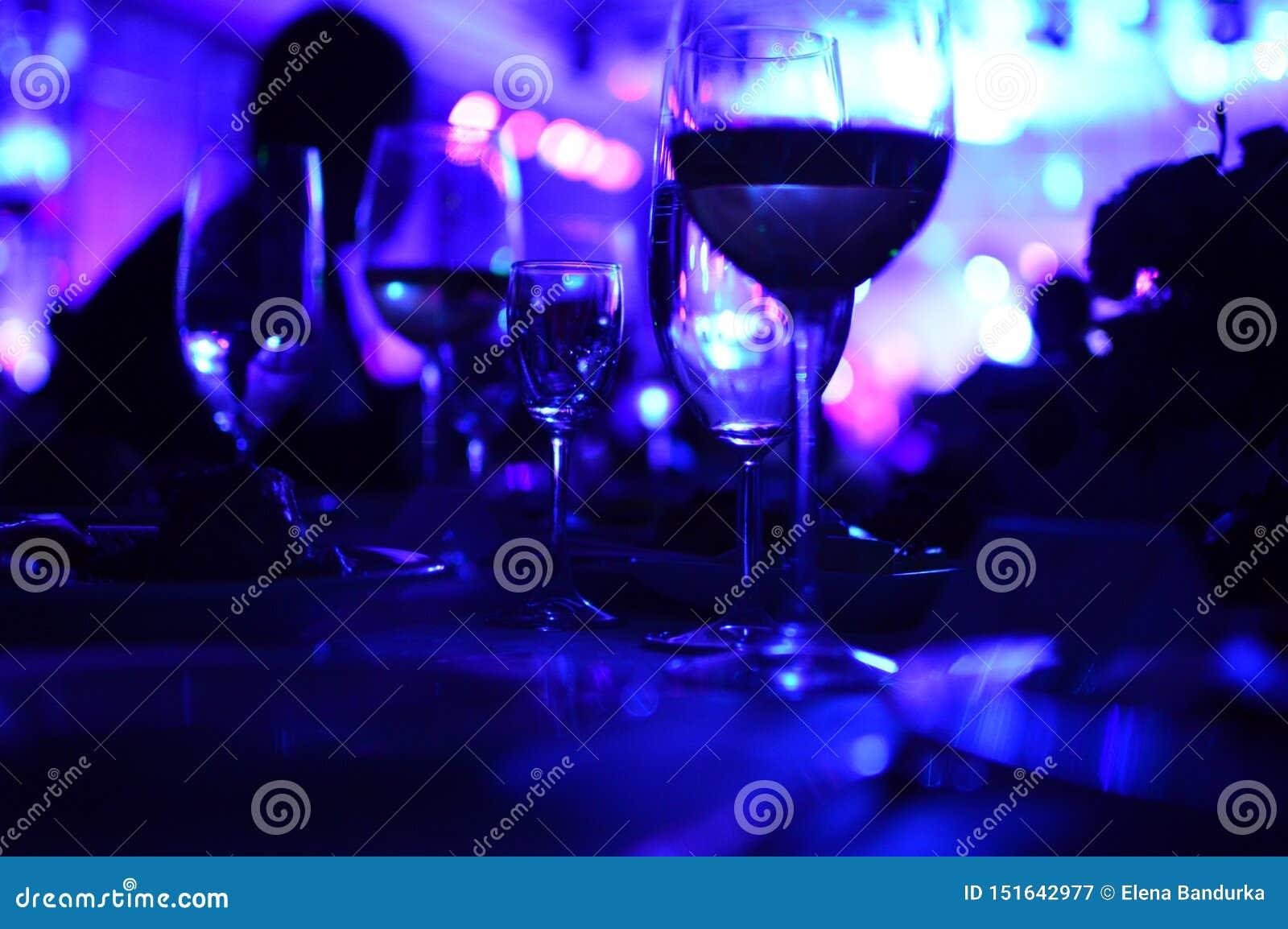Exponeringsglas av vin med nattbelysning