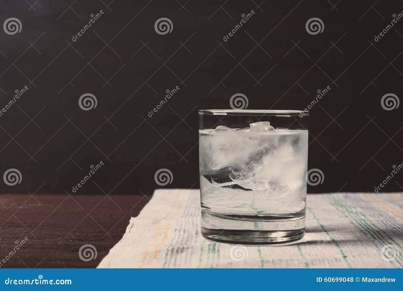 Exponeringsglas av vodka på vaggar