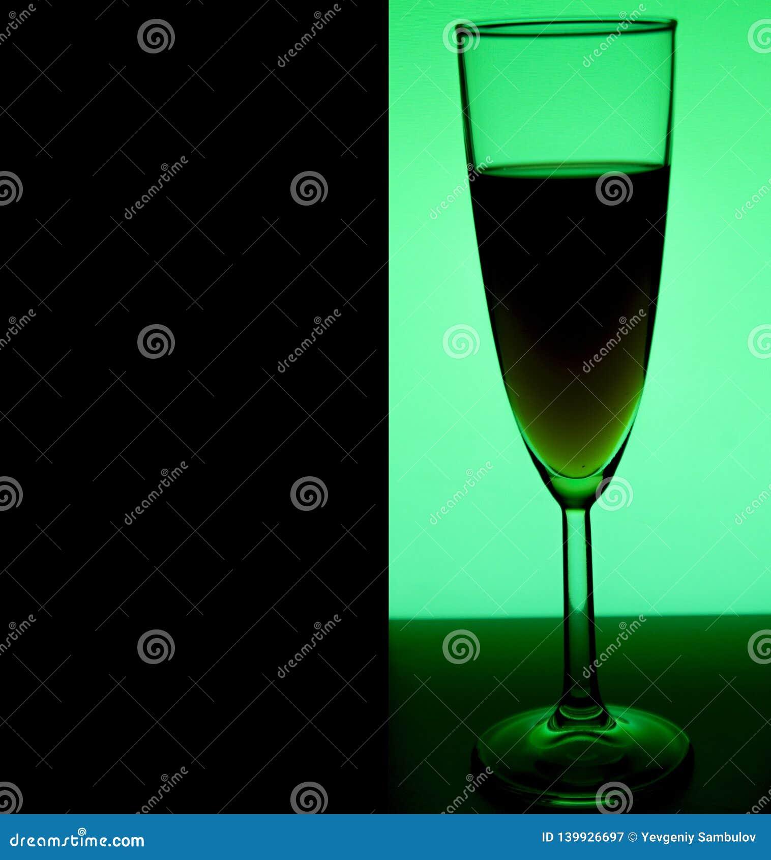 Exponeringsglas eller stemware med alkoholvin, whisky, gin, öl, rom, vodka, skotsk whisky, konjak, starksprit, konjak, absint ell