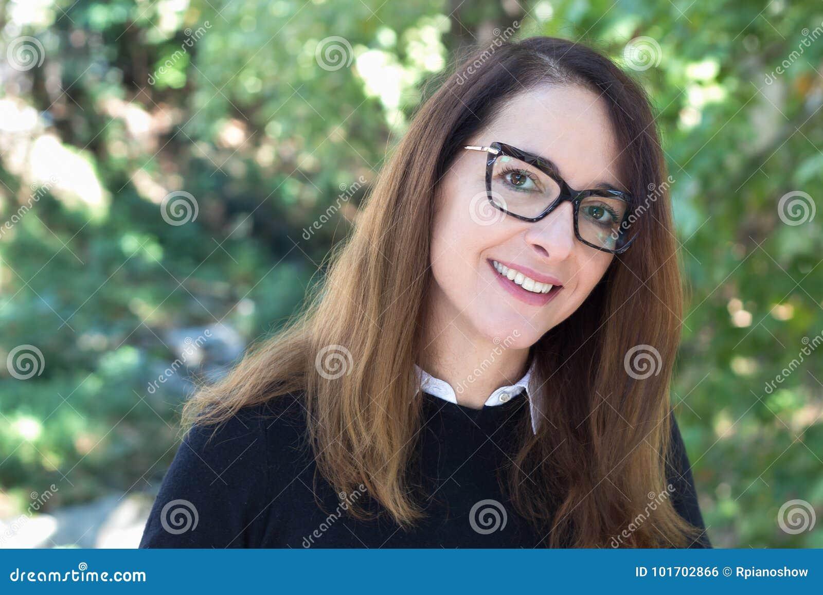 Exponeringsglas för mogen kvinna för ståendeofa bärande