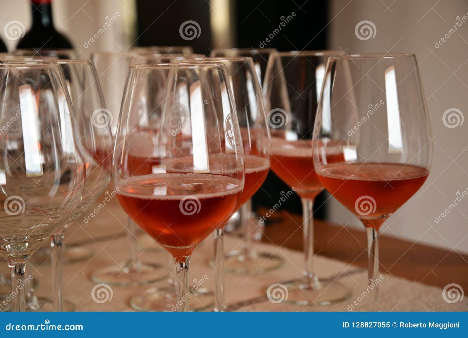 Exponeringsglas för vinavsmakning och steg vin, Sardinia, Italien