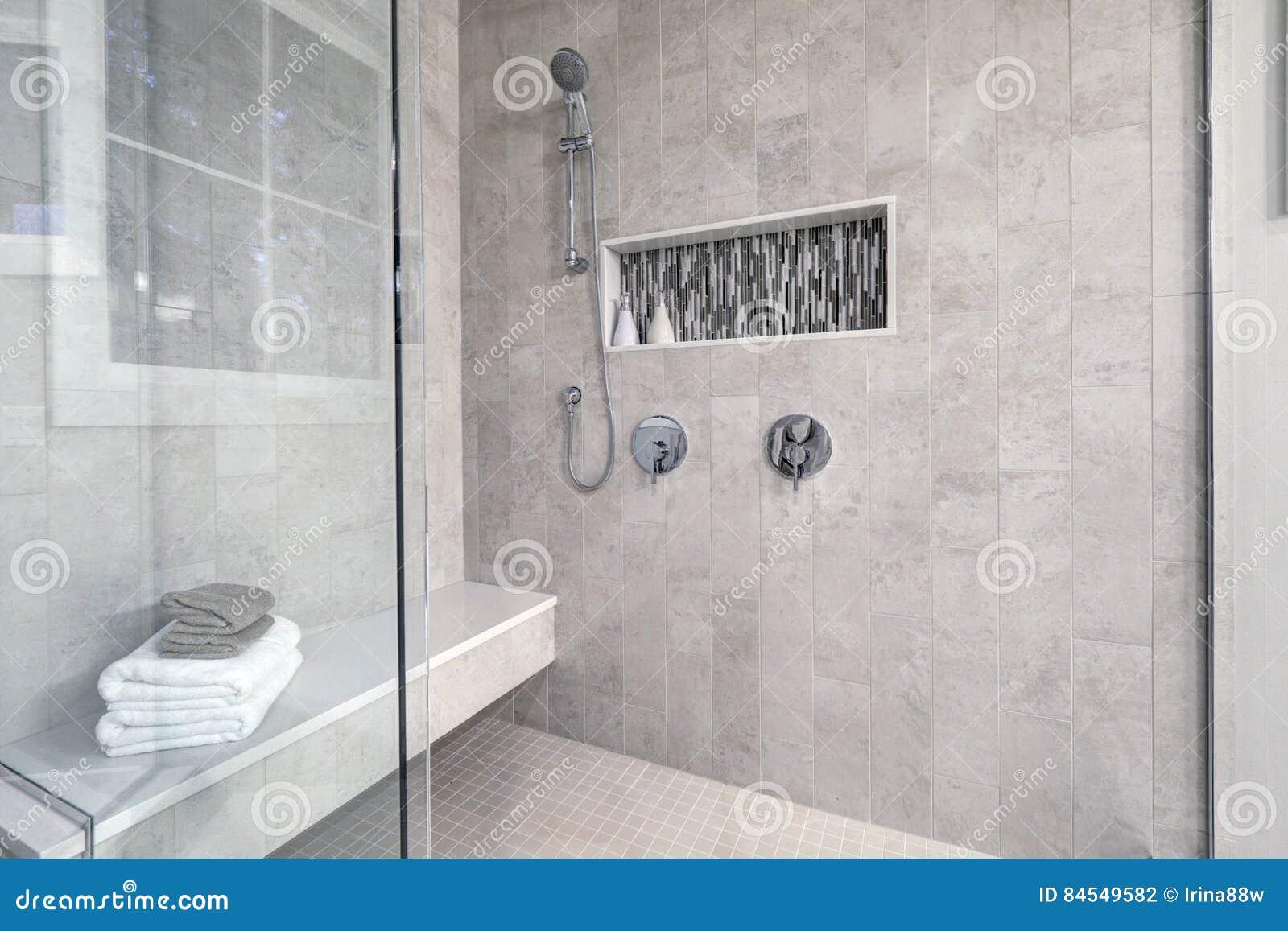 Exponeringsglas gå-i dusch i ett badrum av det splitterny hemmet