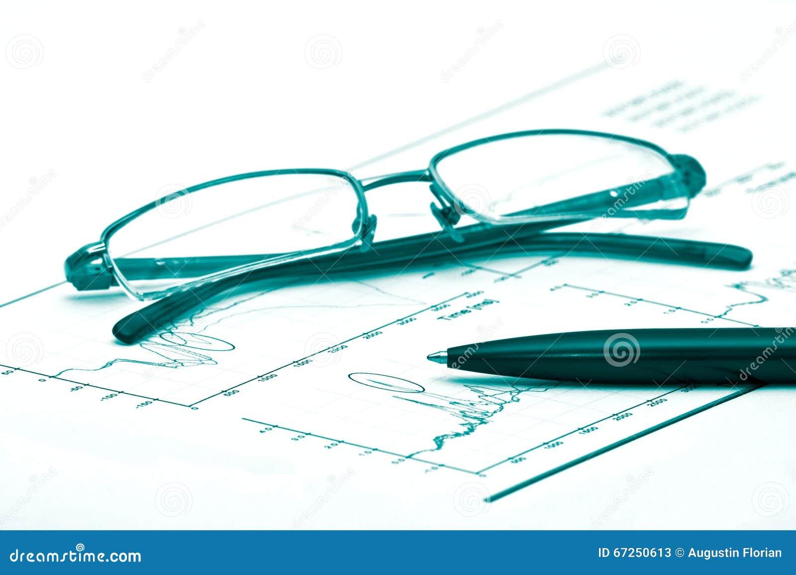 Exponeringsglas och penna på ett diagram