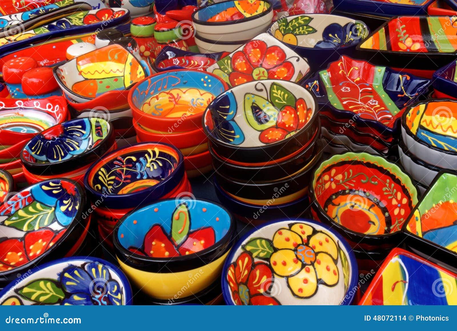 Exposição de pratos coloridos em Madeira