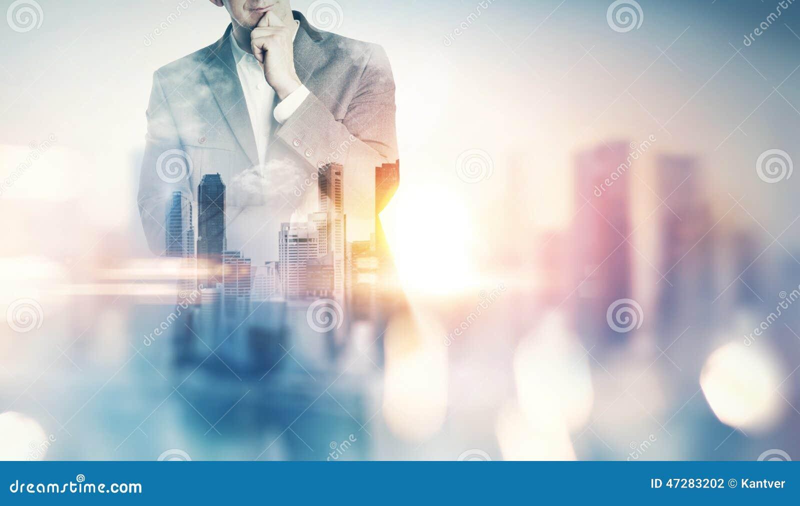 Exposição dobro da cidade e do homem de negócio com efeitos da luz