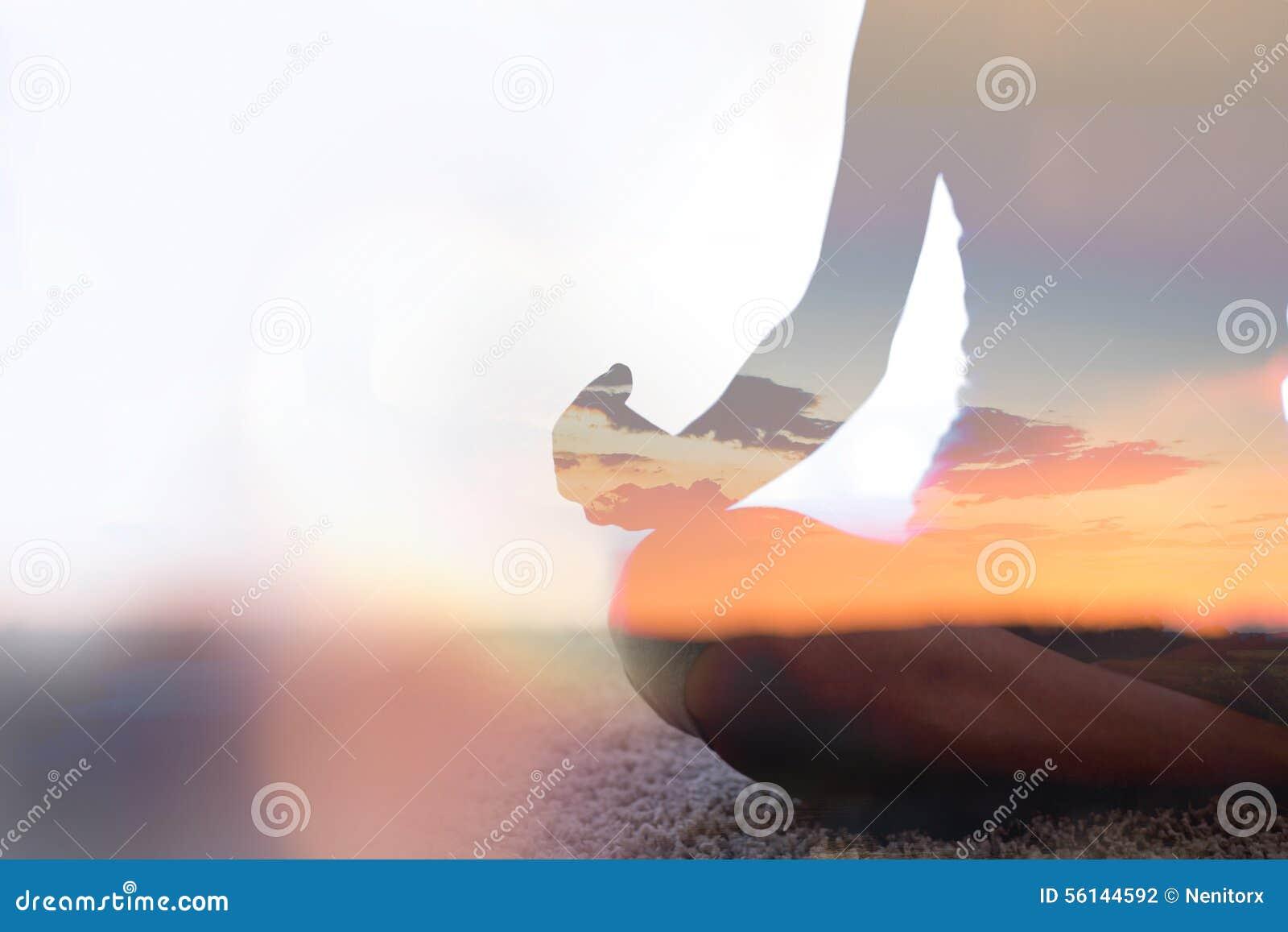 Exposição dobro da ioga praticando da jovem mulher na natureza