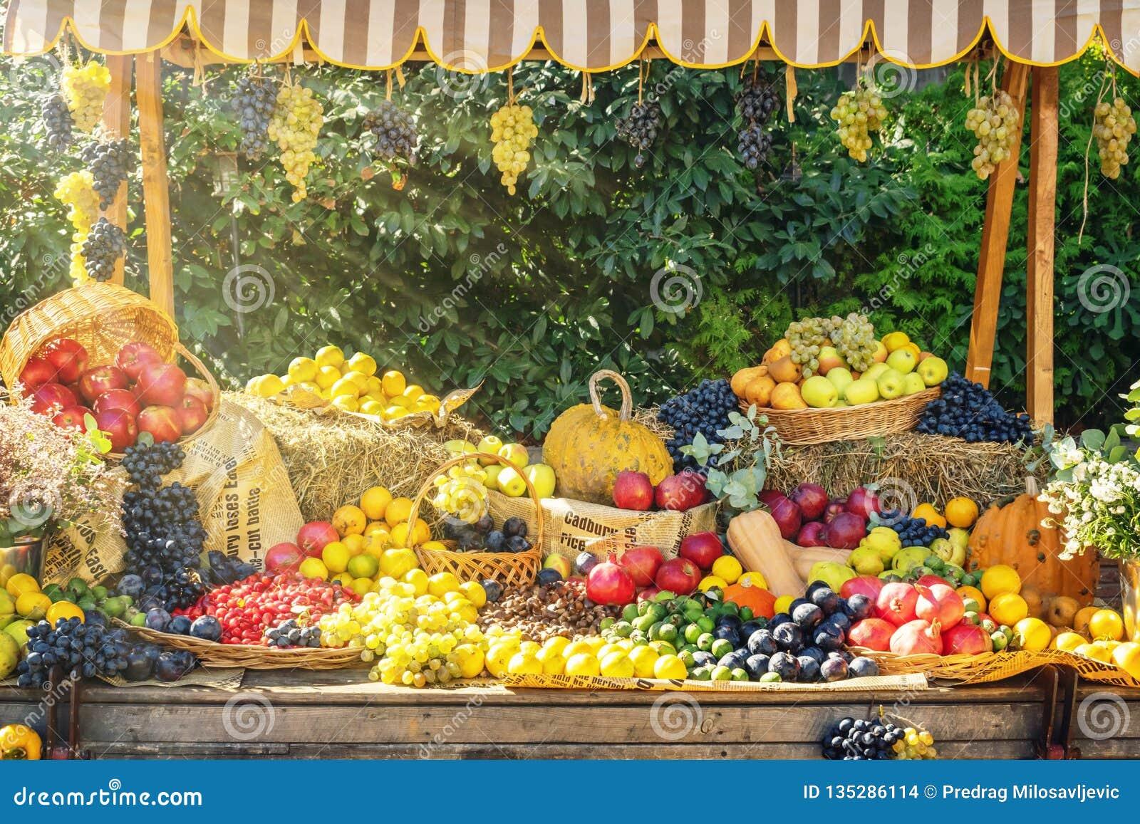 Exposição justa do mercado agrícola da estação do outono Frutas e legumes vívidas no carro velho de madeira para a decoração do o
