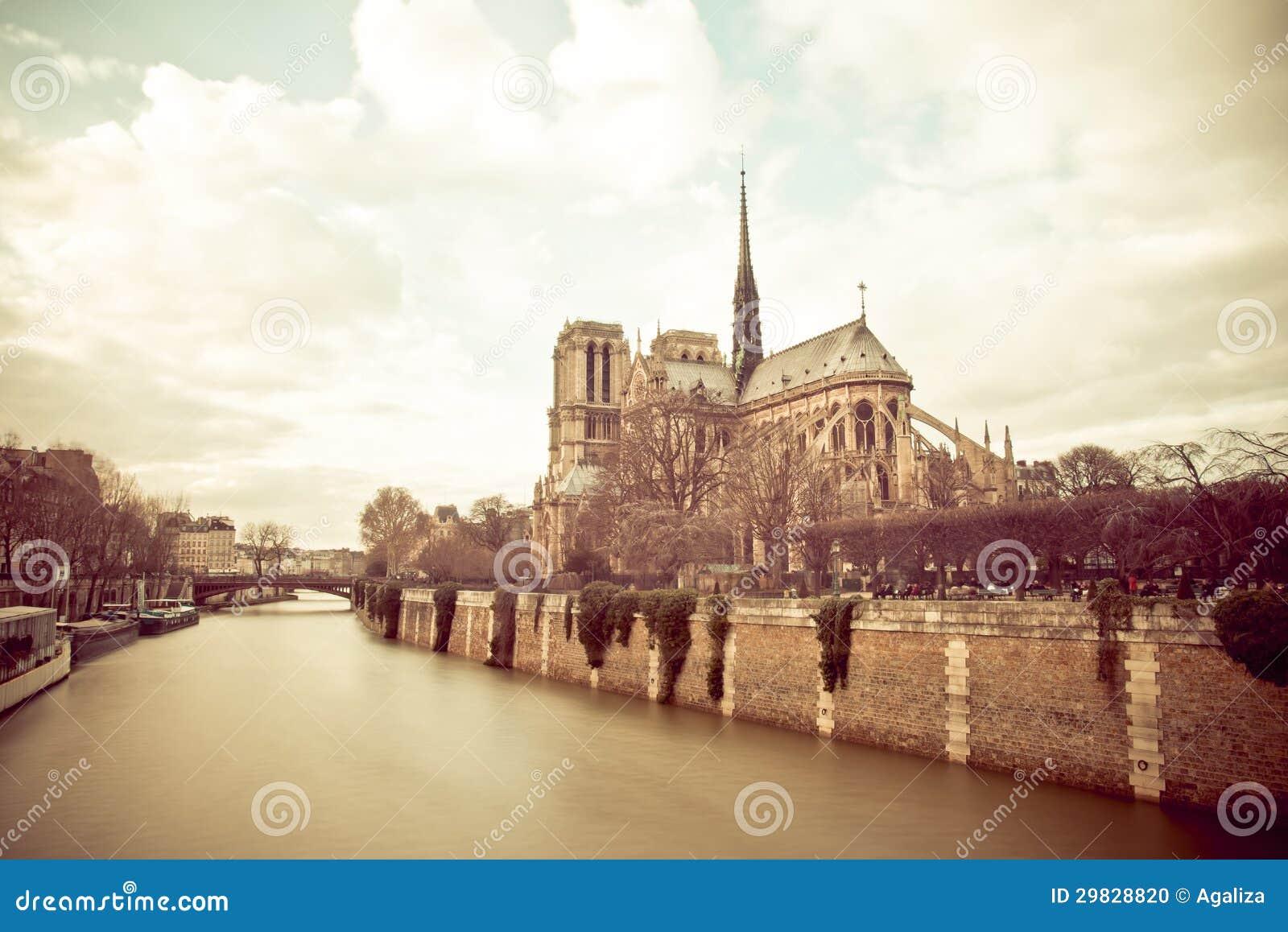Notre Dame de Paris em um dia nebuloso