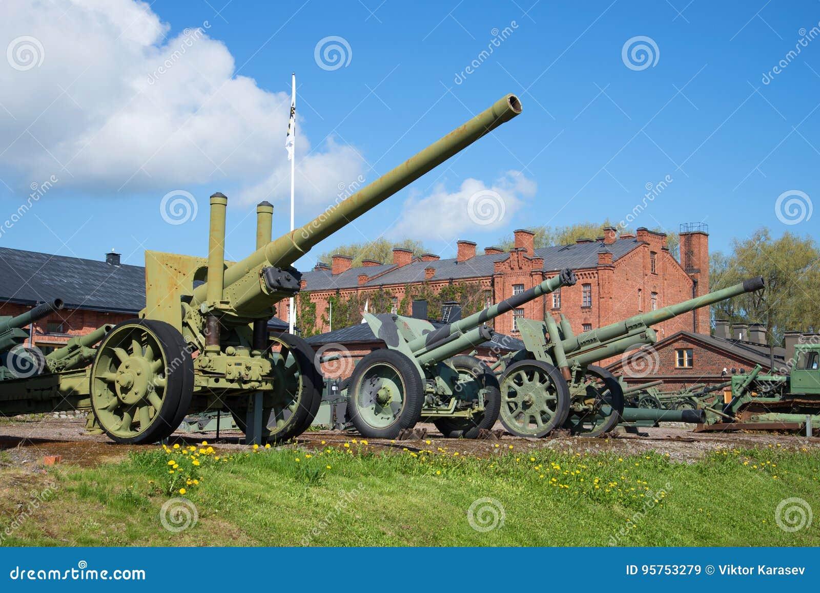 Exposición de los pedazos de artillería en el museo militar de la ciudad de Hameenlinna