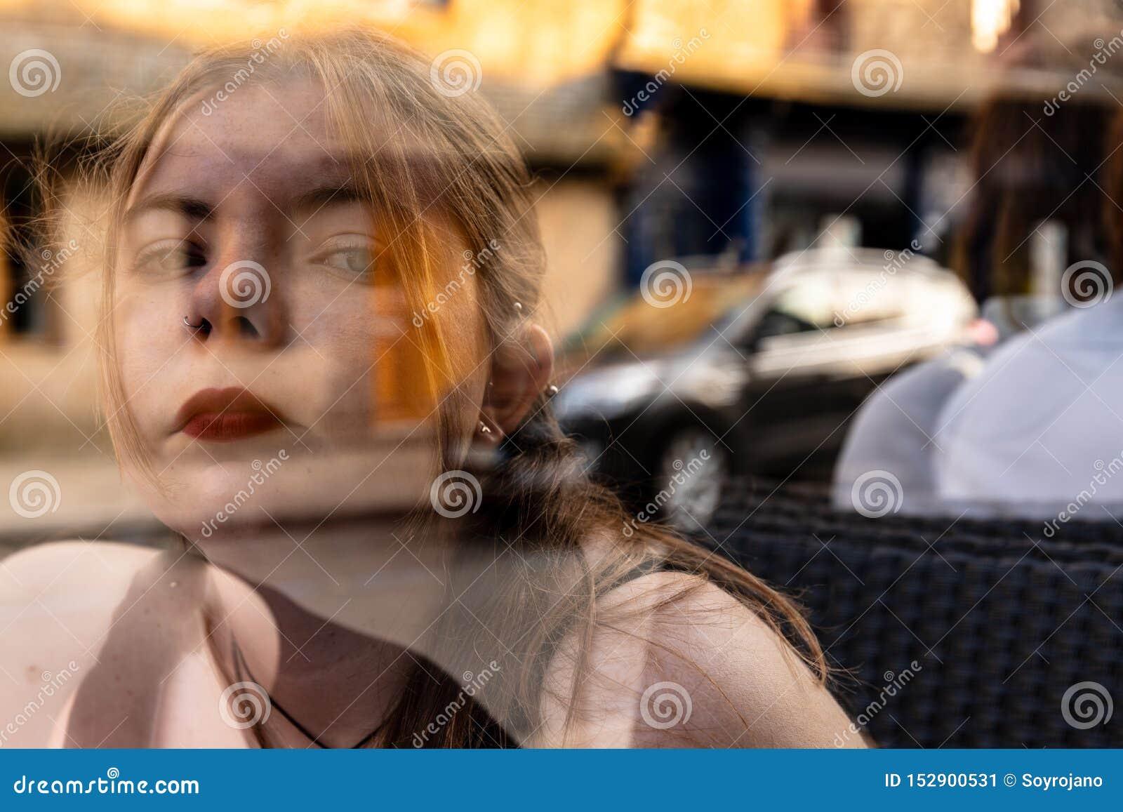 Exposición doble de la escena surrealista transparente de la muchacha
