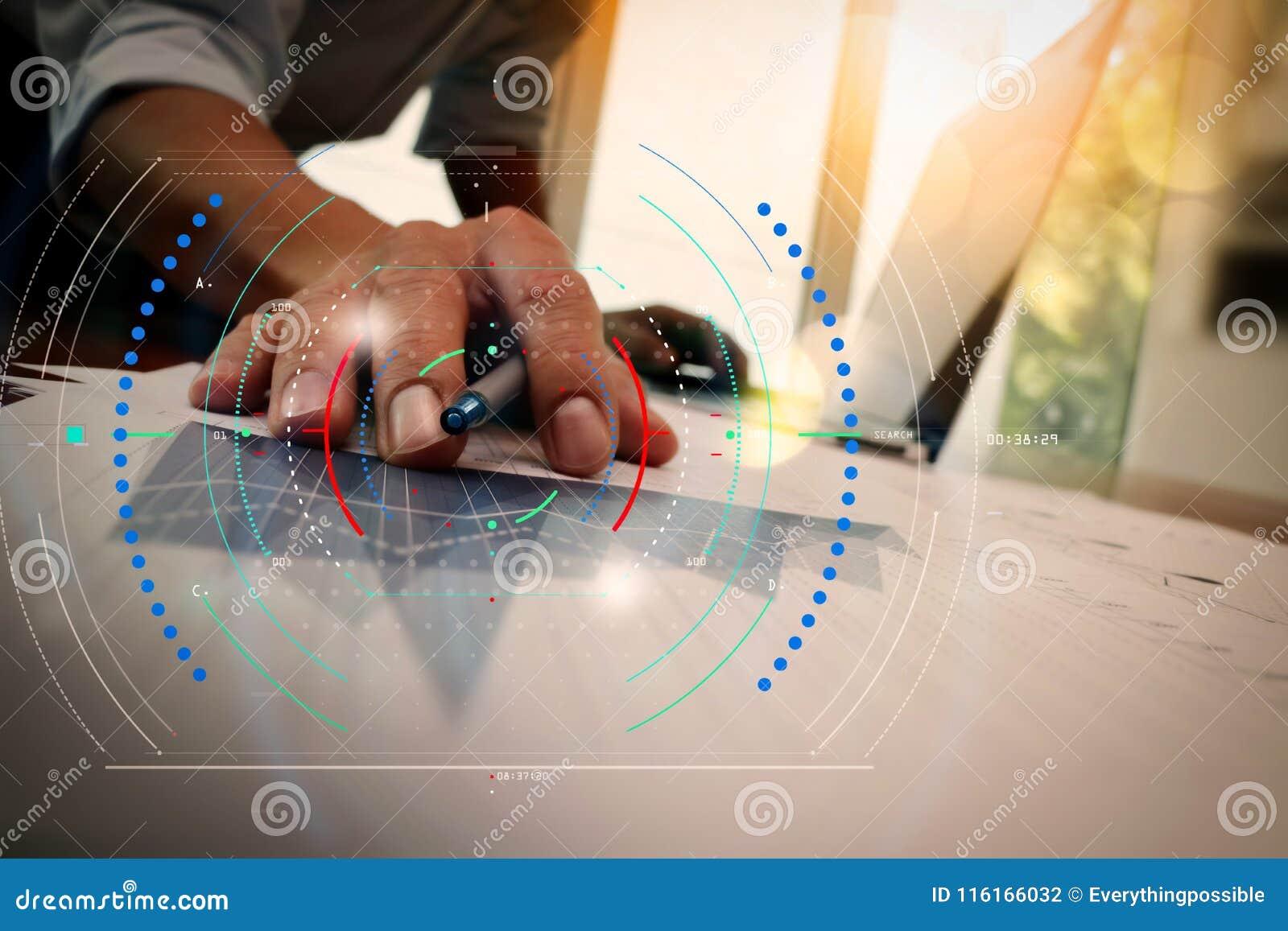 Exposición doble de la mano del hombre de negocios que trabaja con los nuevos comp modernos