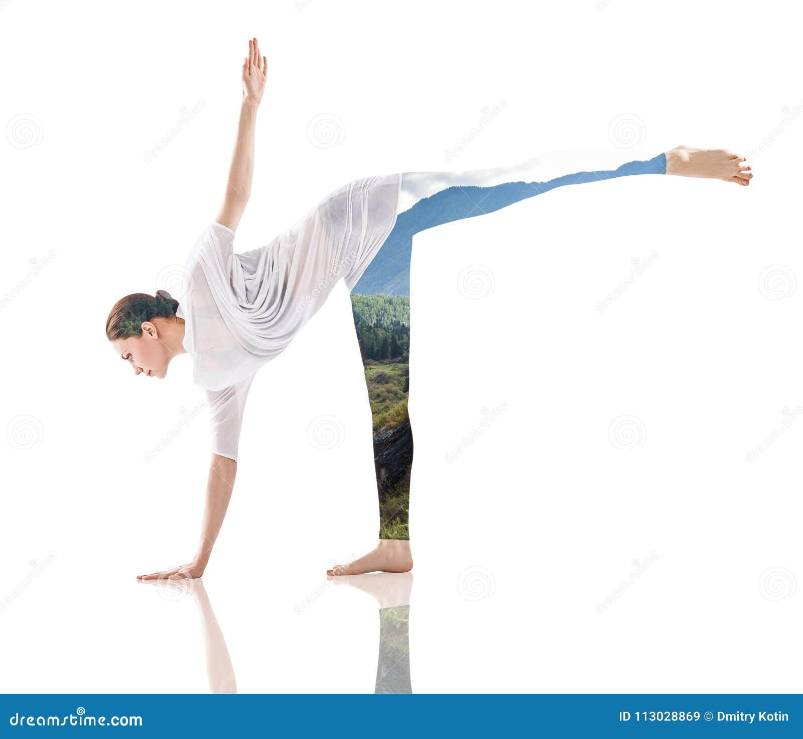 Exposición doble de la mujer que hace yoga y la naturaleza