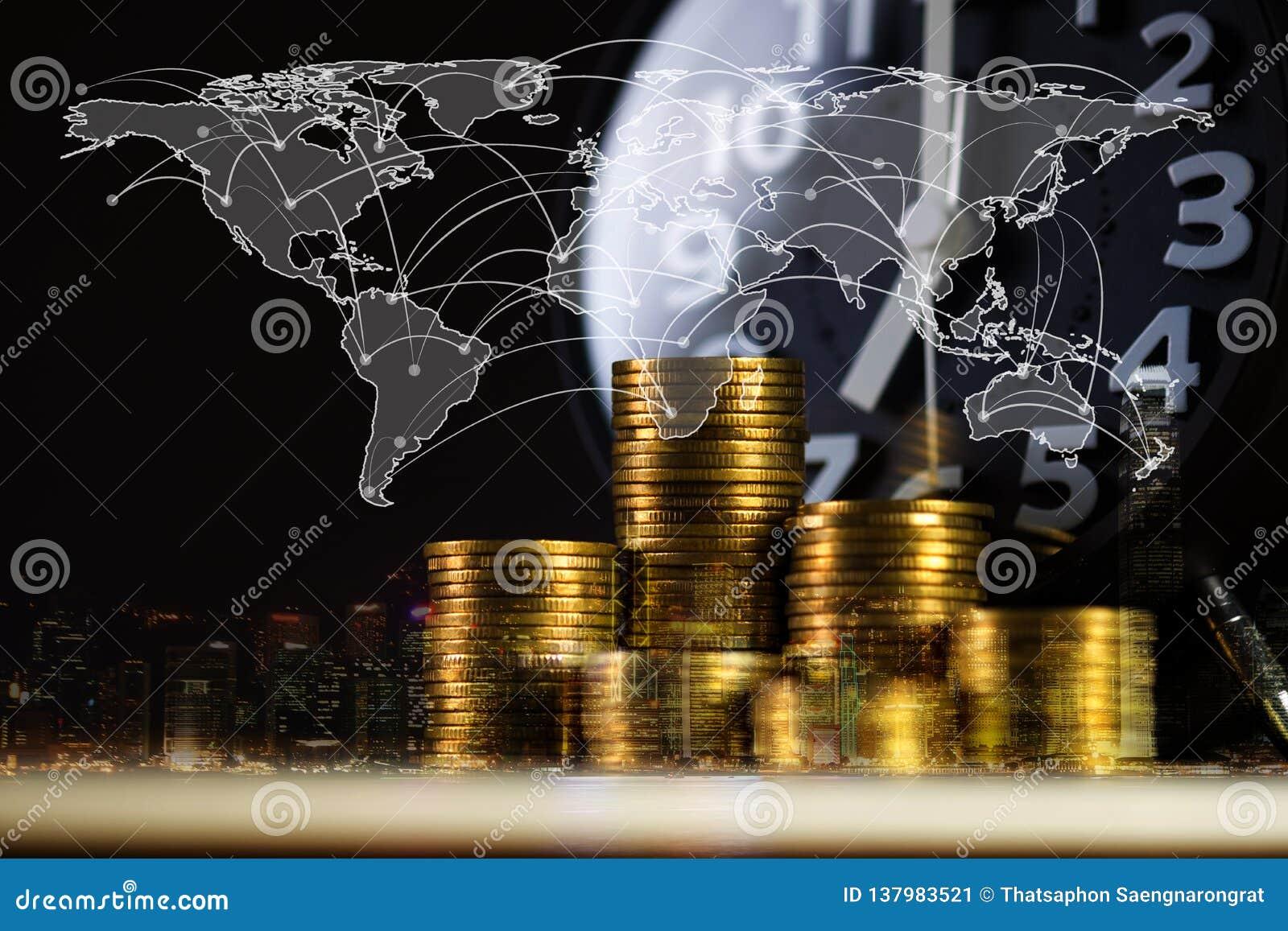 Exposición doble de la pila y despertador de la moneda con el fondo y mapa del mundo de la ciudad, gráfico financiero, mapa del m
