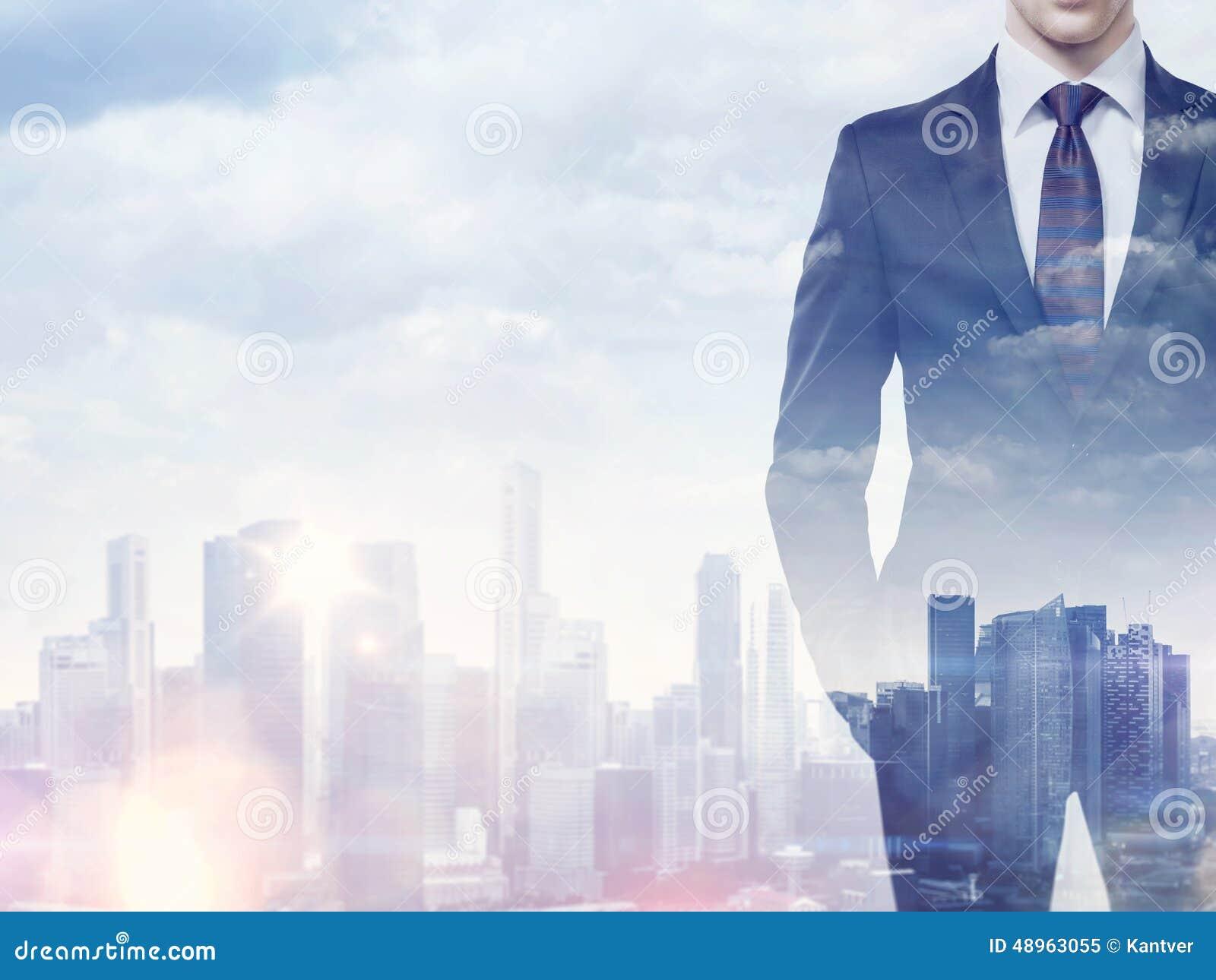 Exposición doble del hombre de negocios y de la ciudad