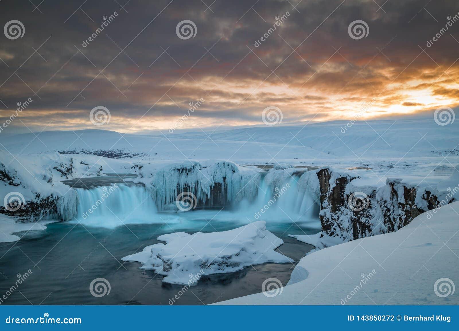 Exposición larga de Godafoss en la oscuridad en un día de invierno islandic frío