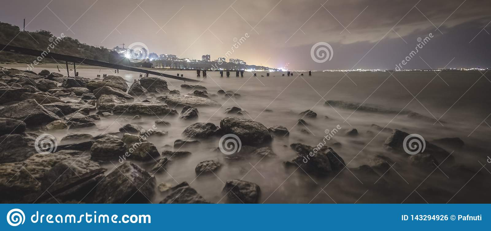 Exposición larga de una playa rocosa imponente en Odessa en la oscuridad