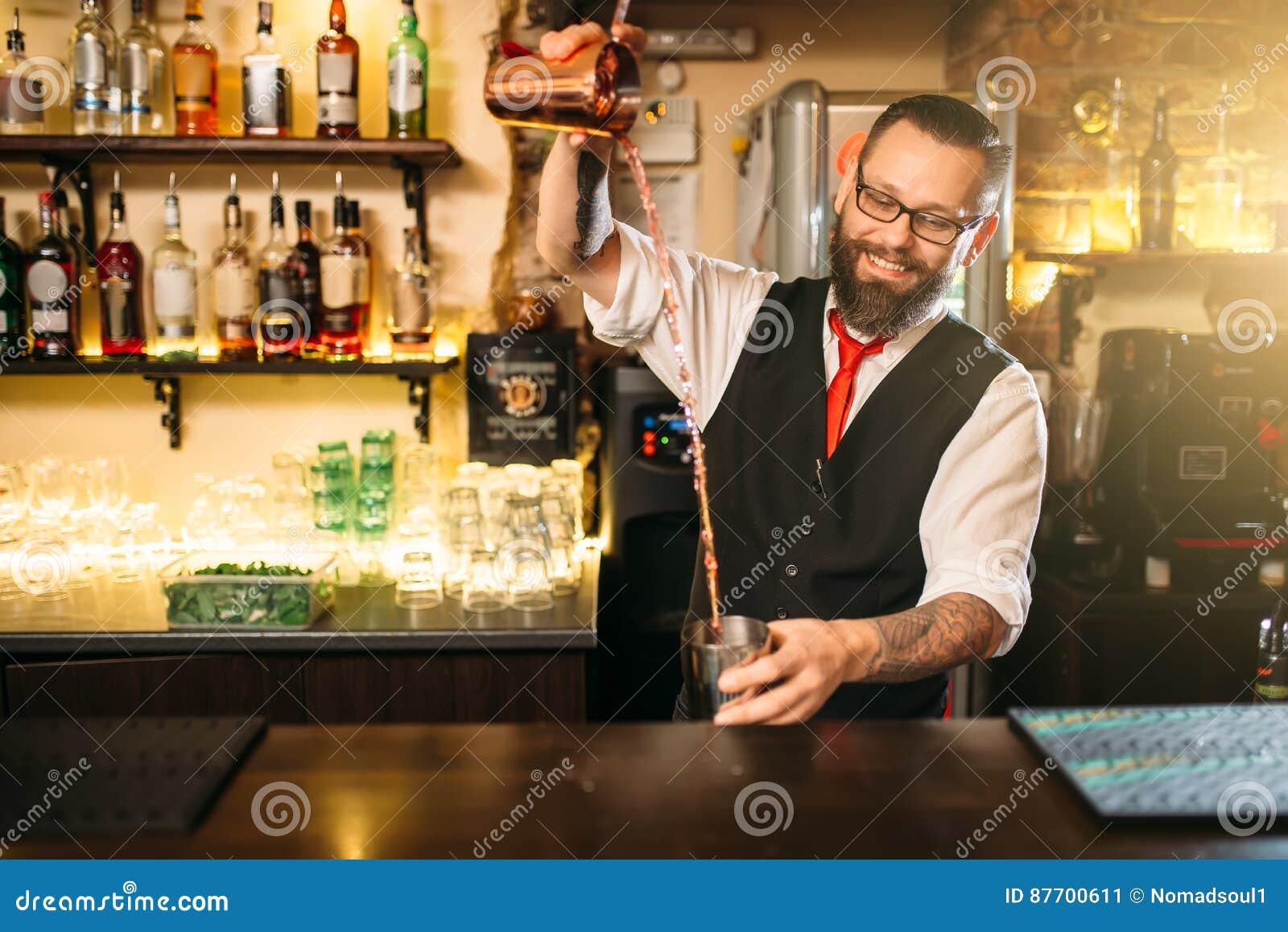 Exposition de Barkeeper derrière le compteur de barre de restaurant