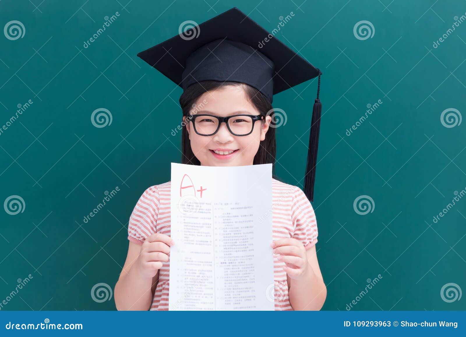Exposition A de fille plus le papier