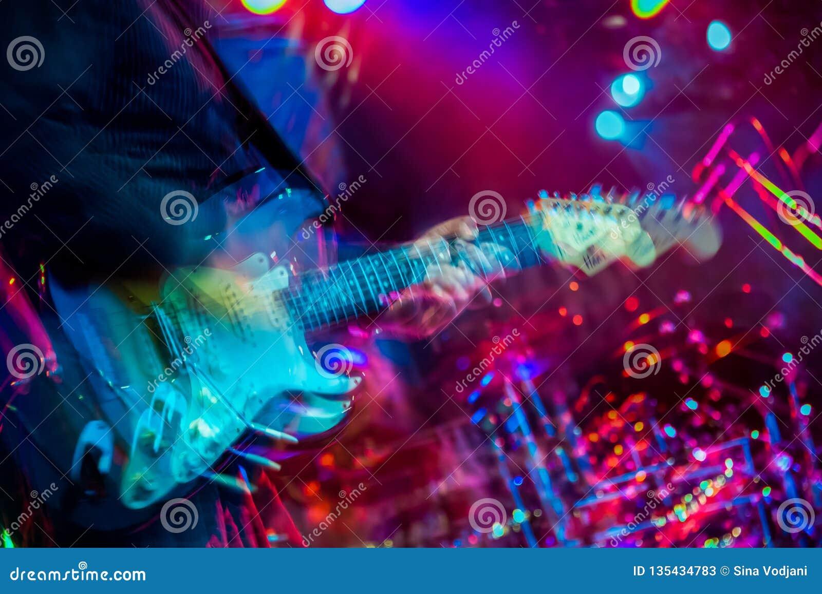 Exposition de multiples brouillée chancelante de joueur de guitare électrique