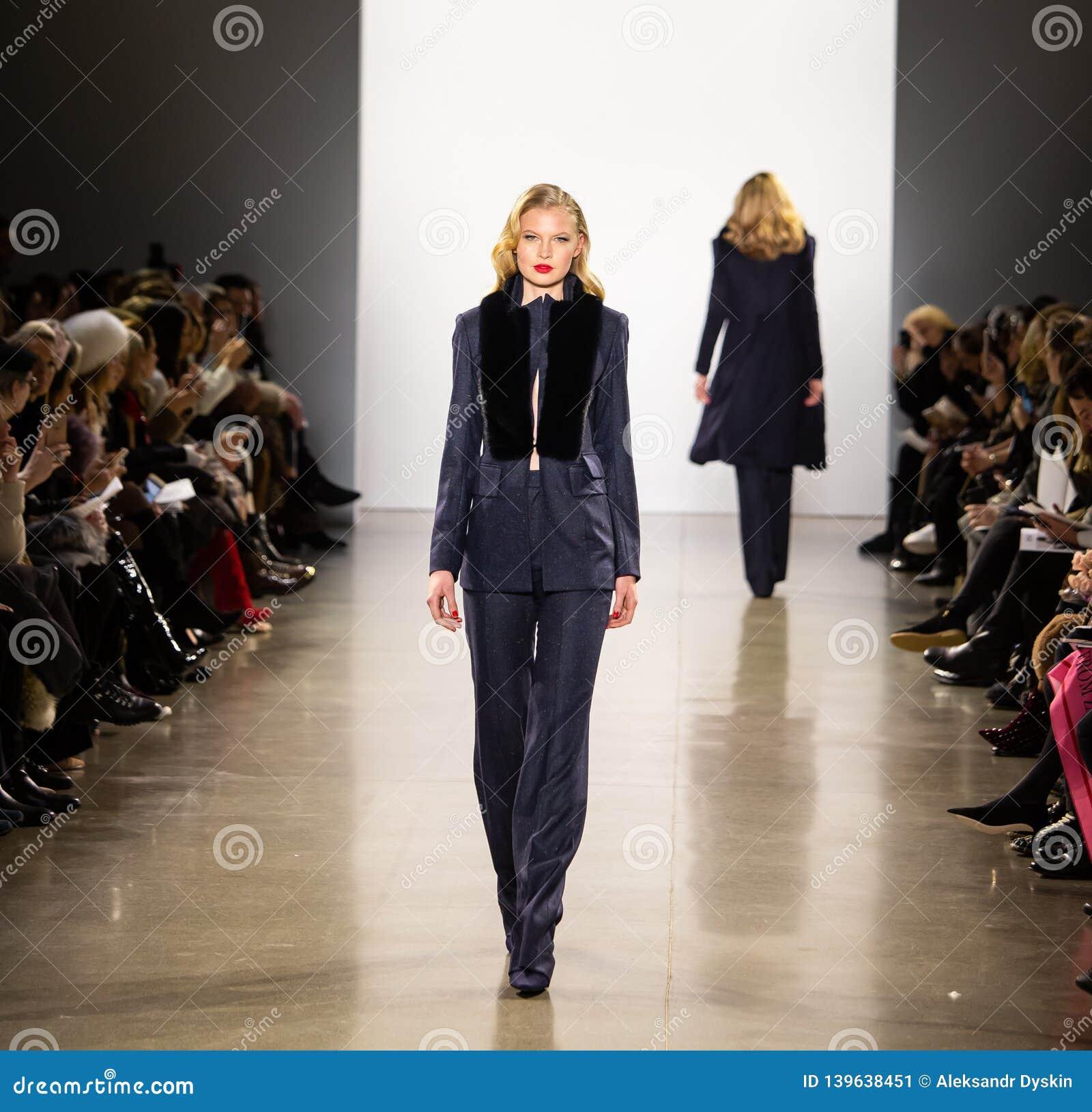 Exposition de piste de Zang Toi FW19 en tant qu élément là de Fashion Week de New-York