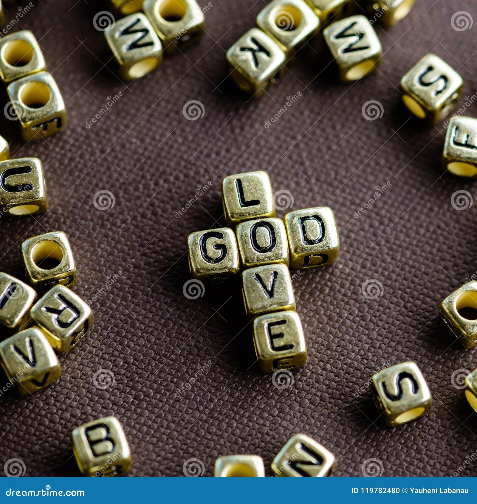 Exprese a DIOS del AMOR hecho de pequeñas letras de oro en la parte posterior del marrón