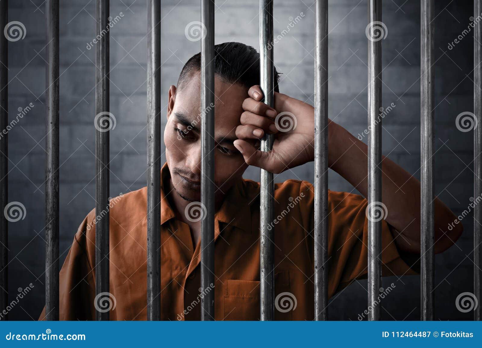 Expresión triste del hombre en la prisión